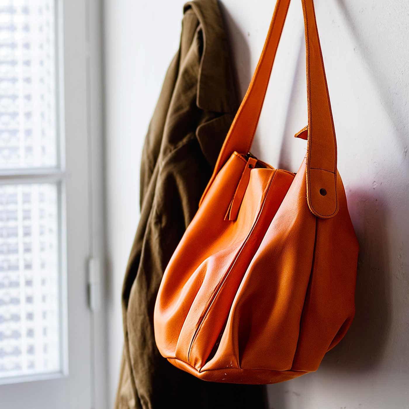 荷物を入れてもすっきりシルエット オールレザーバルーンフォルムバッグ〈かきオレンジ〉