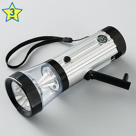 【持っても置いても使えるライト】 LEDダイナモライト1個 ■素材/ABS樹脂 電球:LED リチウム充電池:3.6V 80mAh ■サイズ/長さ約17.5cm、直径約6.2cm