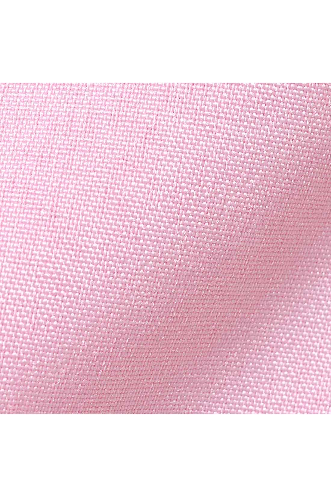 糸を染め分けることで、麻特有のネップのような杢感を表現したポリエステル素材。しわを気にせずノンアイロンで着られる、イージーケア素材です。