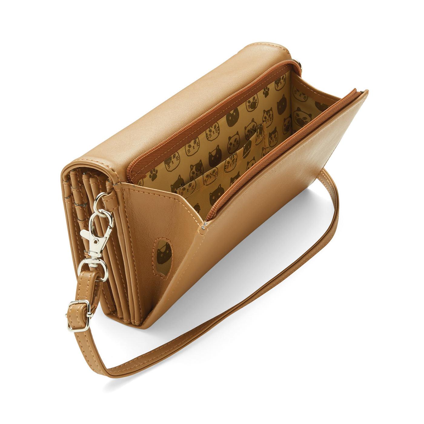 スマートフォンやパスポートをしまえるポケット。イヤホンや充電コードが通せるホール付き。