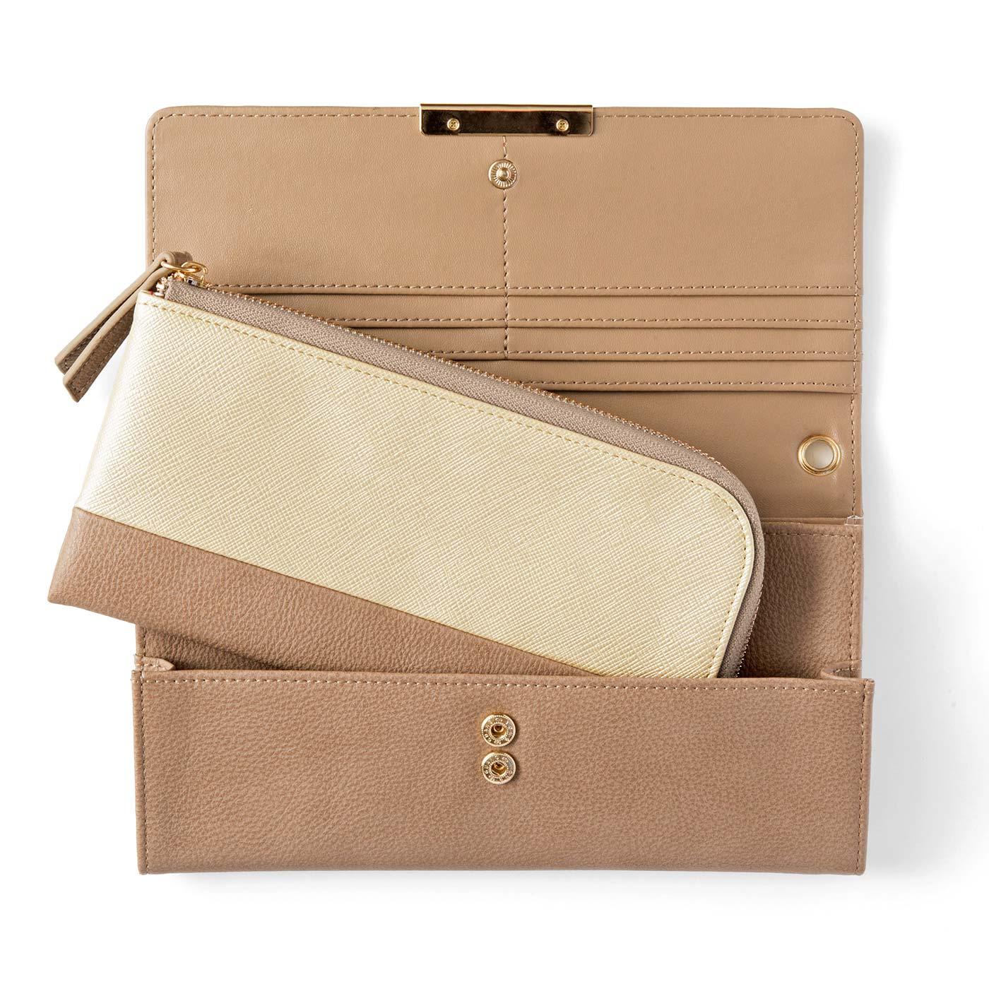 〔ふたつの財布を同時持ち〕手前のポケットに小さい財布をセットできます。