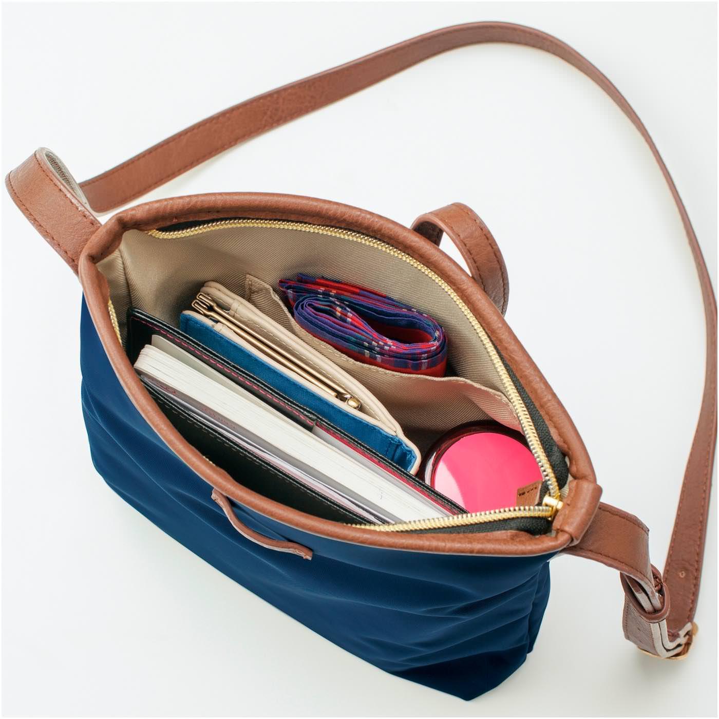 お出かけ必需品が縦にきれいに収納でき、バッグの中はすっきり! 出し入れらくらく。