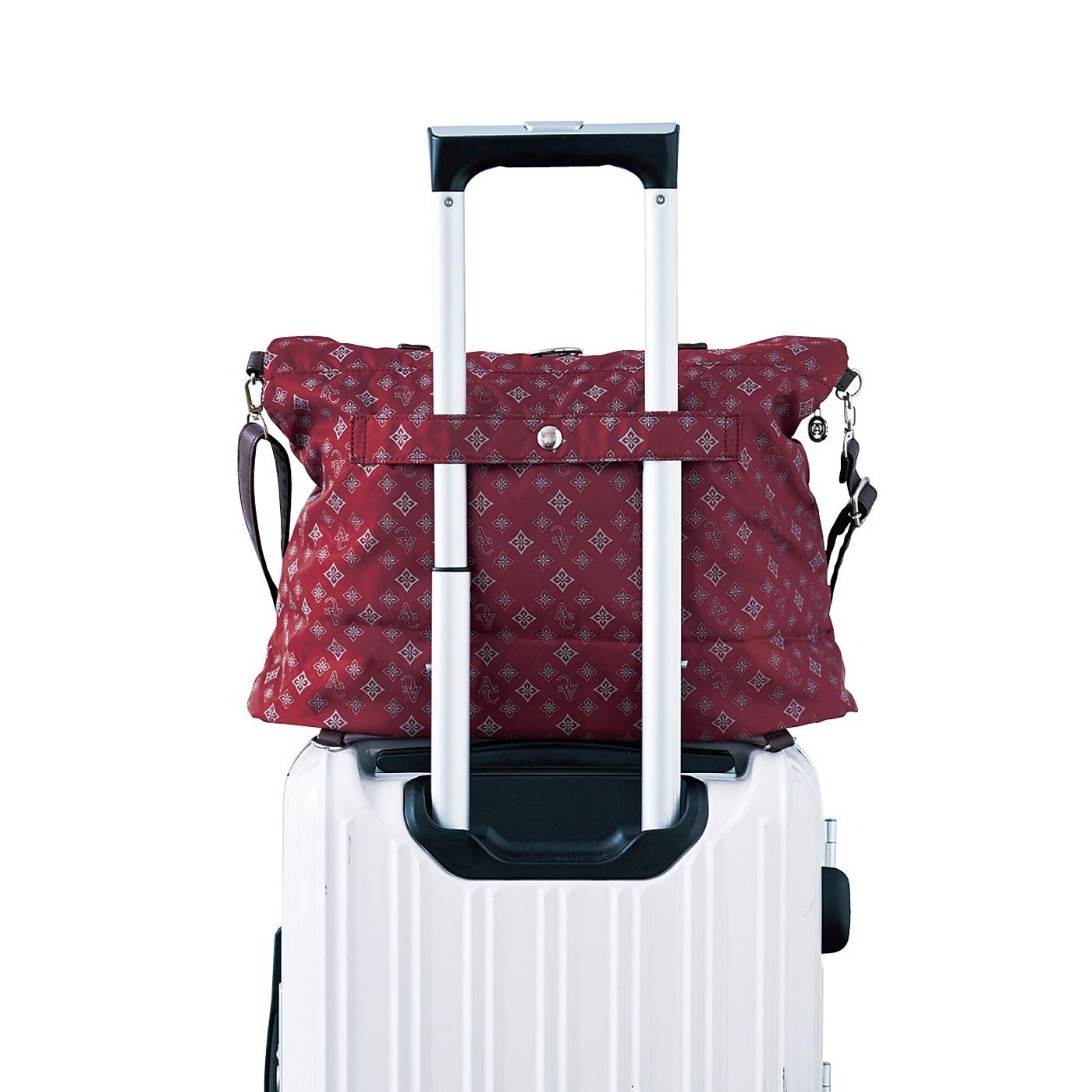 背面には、キャリーケースのハンドルにセットできるベルト付き。海外旅行にも便利です。