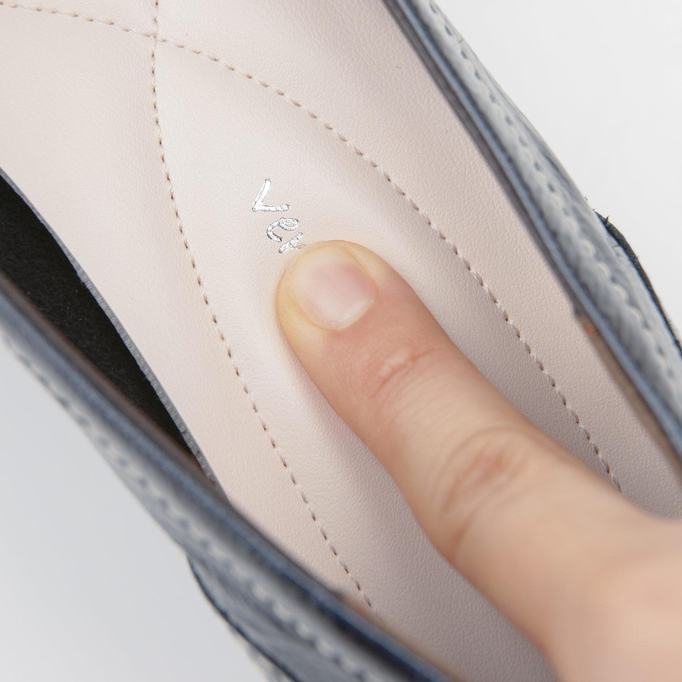 中敷きのかかと部分には、たまご型の低反発素材を内蔵。歩行時のかかとへの衝撃をふんわりサポート。