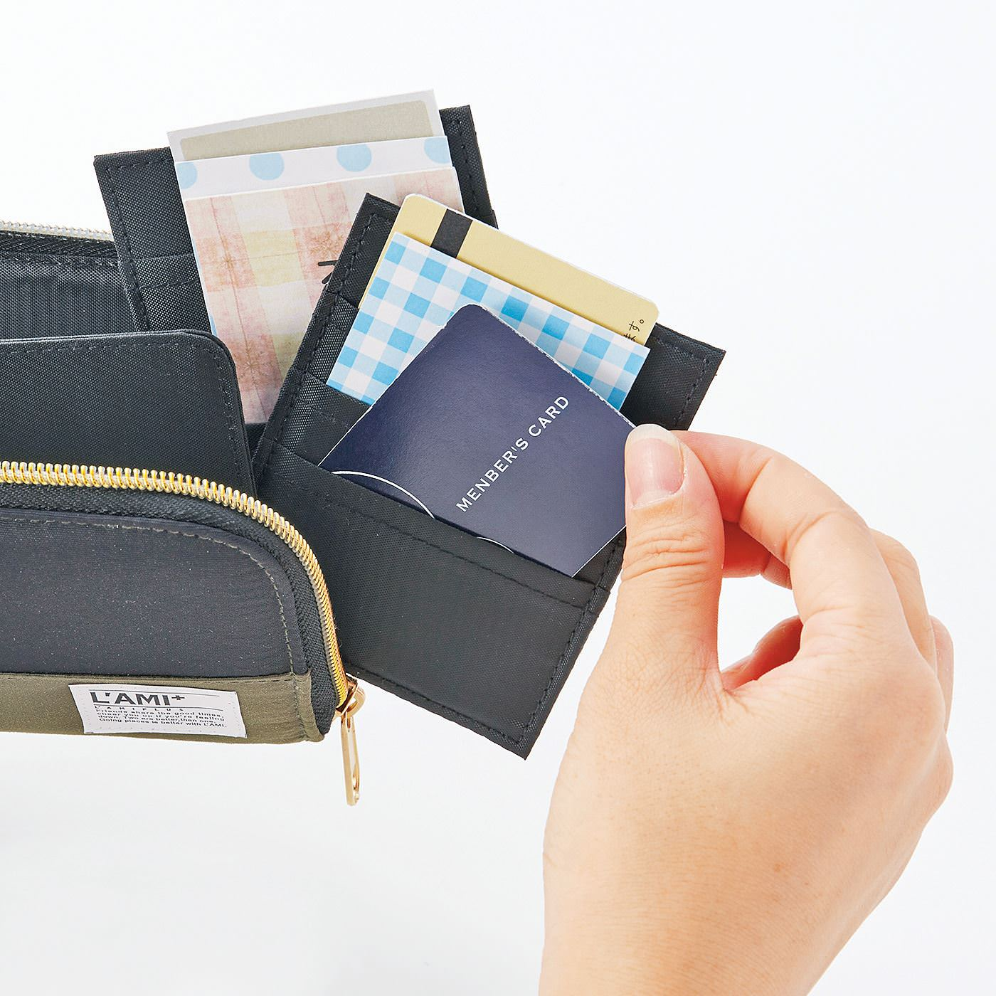 きちんとポケットが縦形だから、取り出しやすい。カードのデザインや色も見えやすいから、探しやすいのもポイントです。