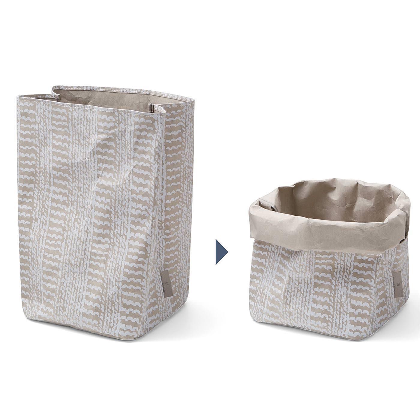 紙でできているから、このように筒口をくしゅくしゅっと折り曲げてサイズ変更も可能。折り曲げると内側の色が上部に出てきて、網目模様とのコントラストがいい感じです。 ※写真は同シリーズの〈大〉です。