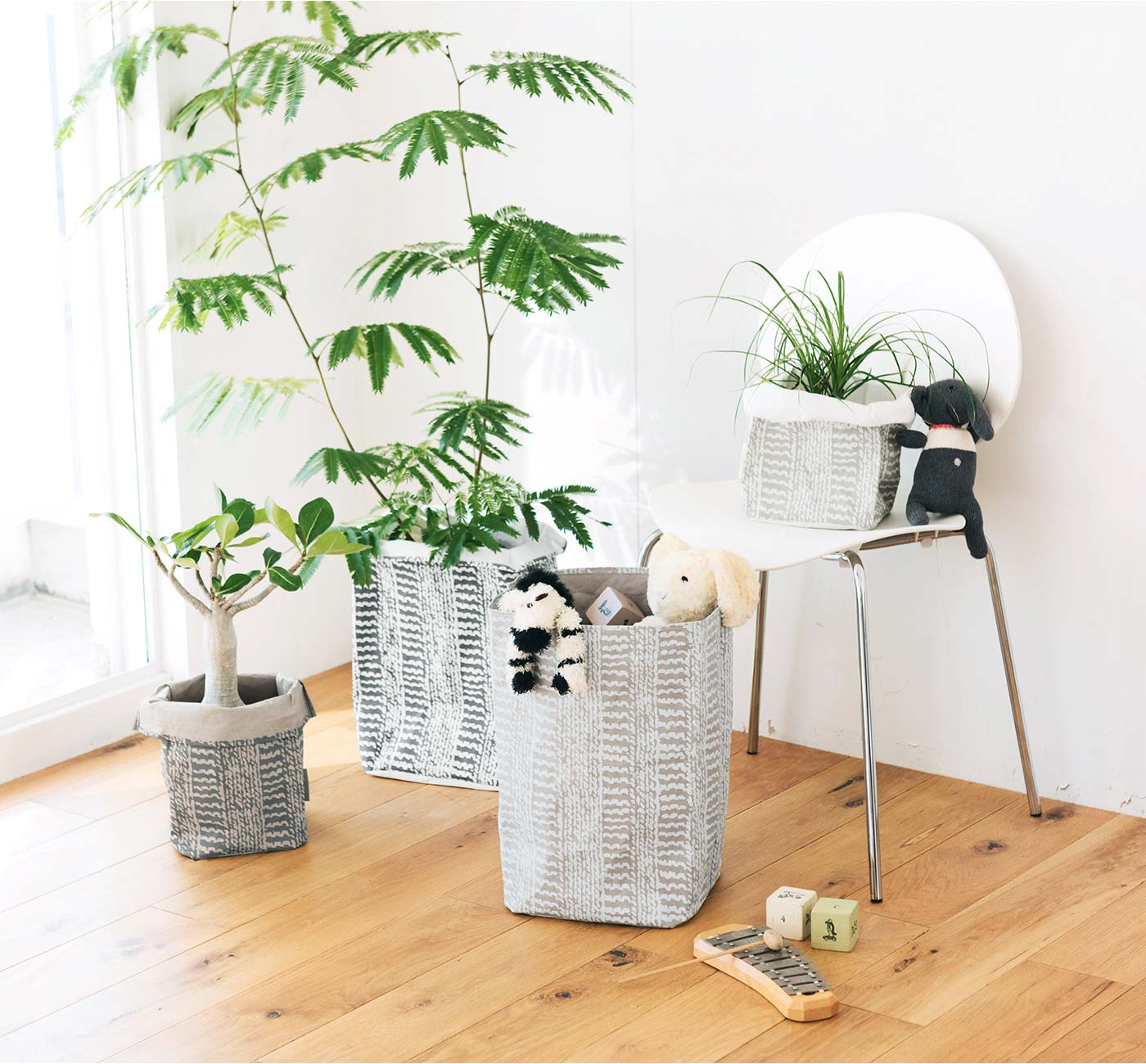 観葉植物のプラスティック鉢や、子どものおもちゃなど、隠しつつセンスよく見せます。