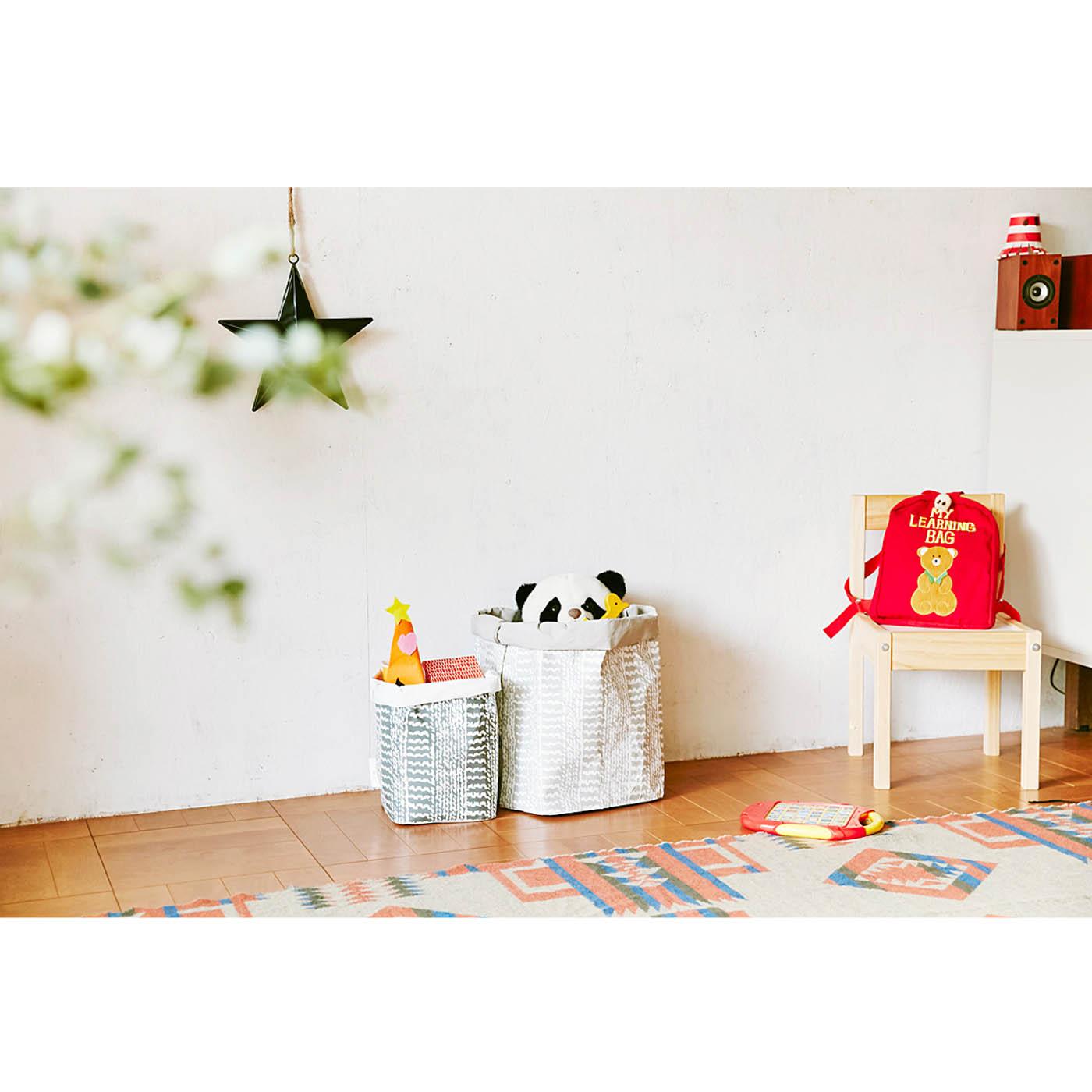 〈大〉サイズと組み合わせて、こども部屋でおもちゃ入れとして使っています。多少よごれても水洗いできるからいいですね。植木鉢を入れて、おしゃれなグリーンコーナーを作るのもオススメです。おうちのいろいろな場所で活躍させてください。