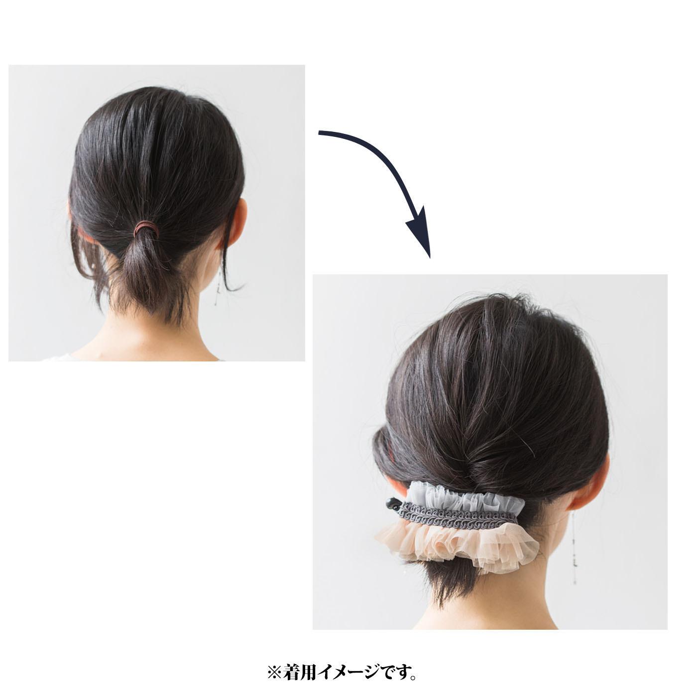 【ゴムだと……】後れ毛が目立つうえにちょこんと出た毛先もイマイチ……。→【バナナクリップなら】幅広でサイドの髪も逃しません。毛先もチュールでふんわりカバー。