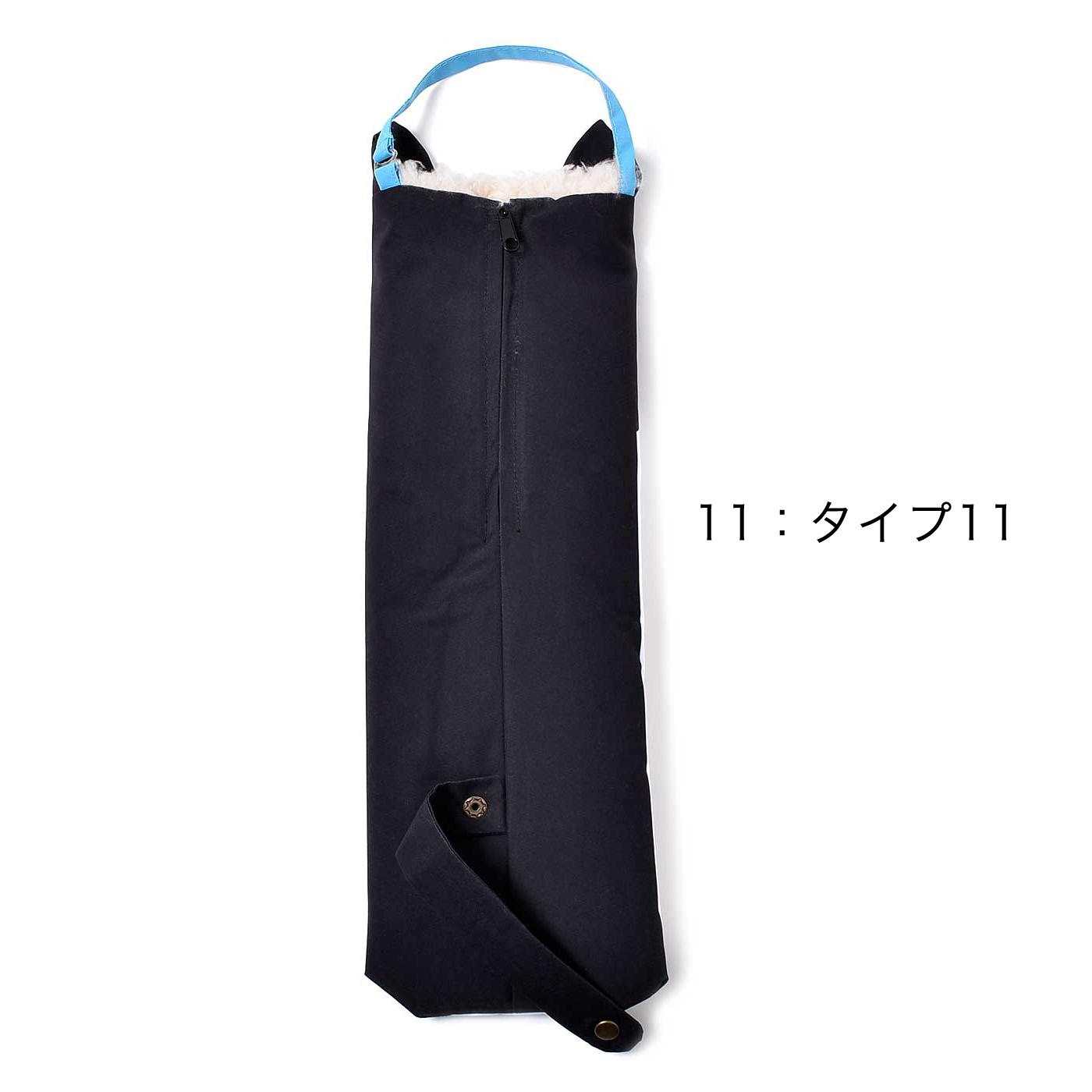 バッグの持ち手に掛けられるフック付き。