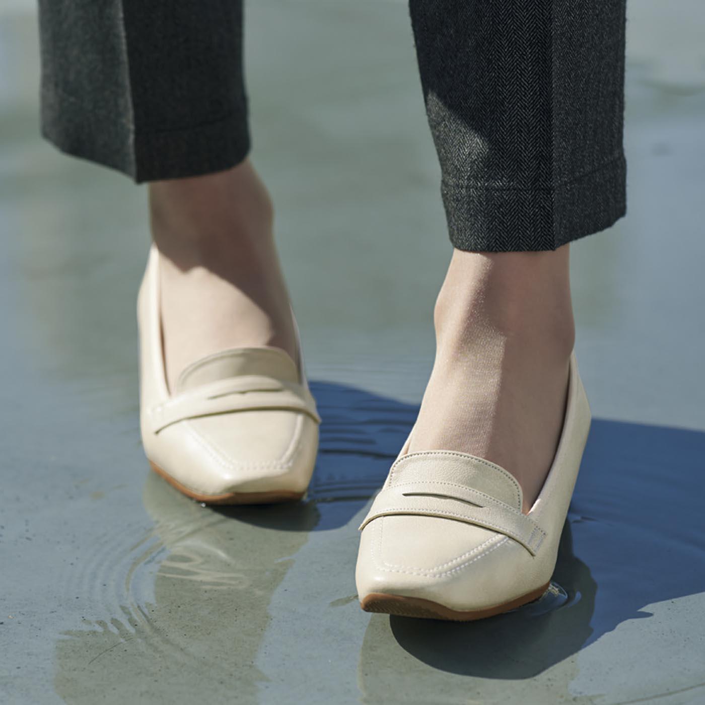 足もとを軽快に見せるアイボリー。上品なシボ感が女性らしい印象。