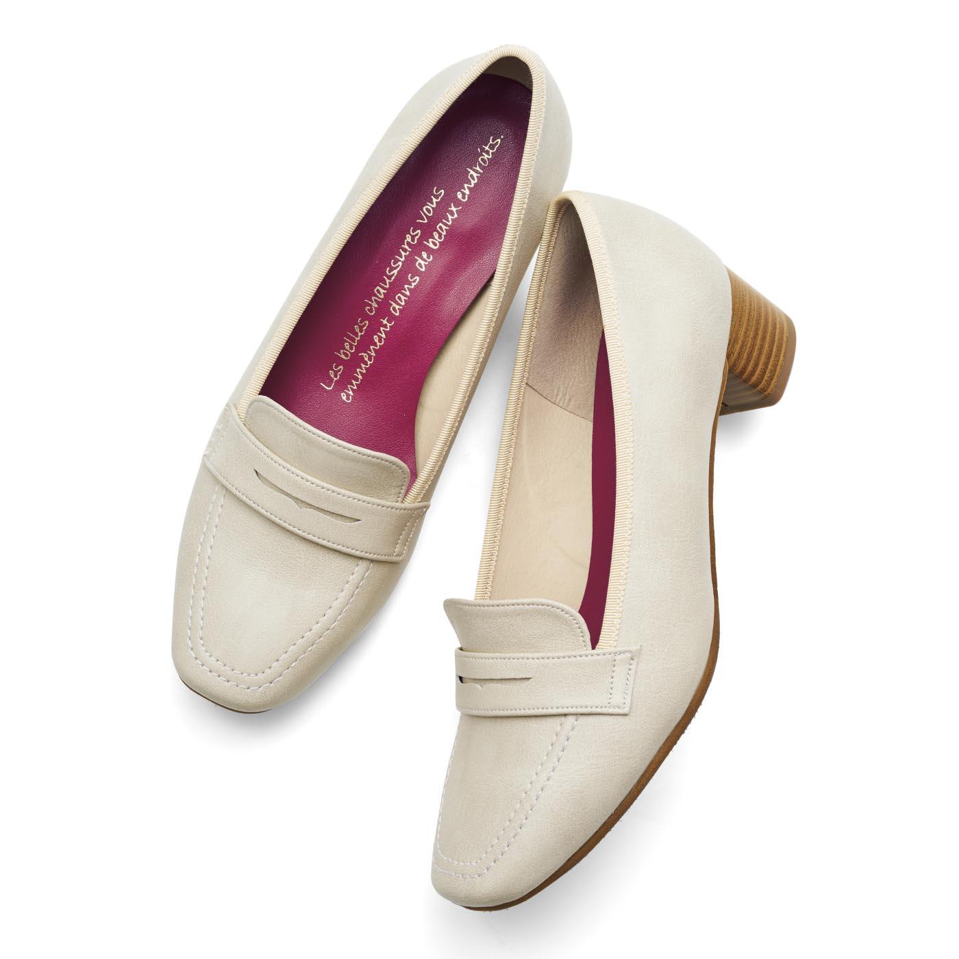 抗菌防臭加工のインソールにはフランスのことわざ「美しい靴はあなたを美しい場所へ連れて行ってくれる」をプリント。