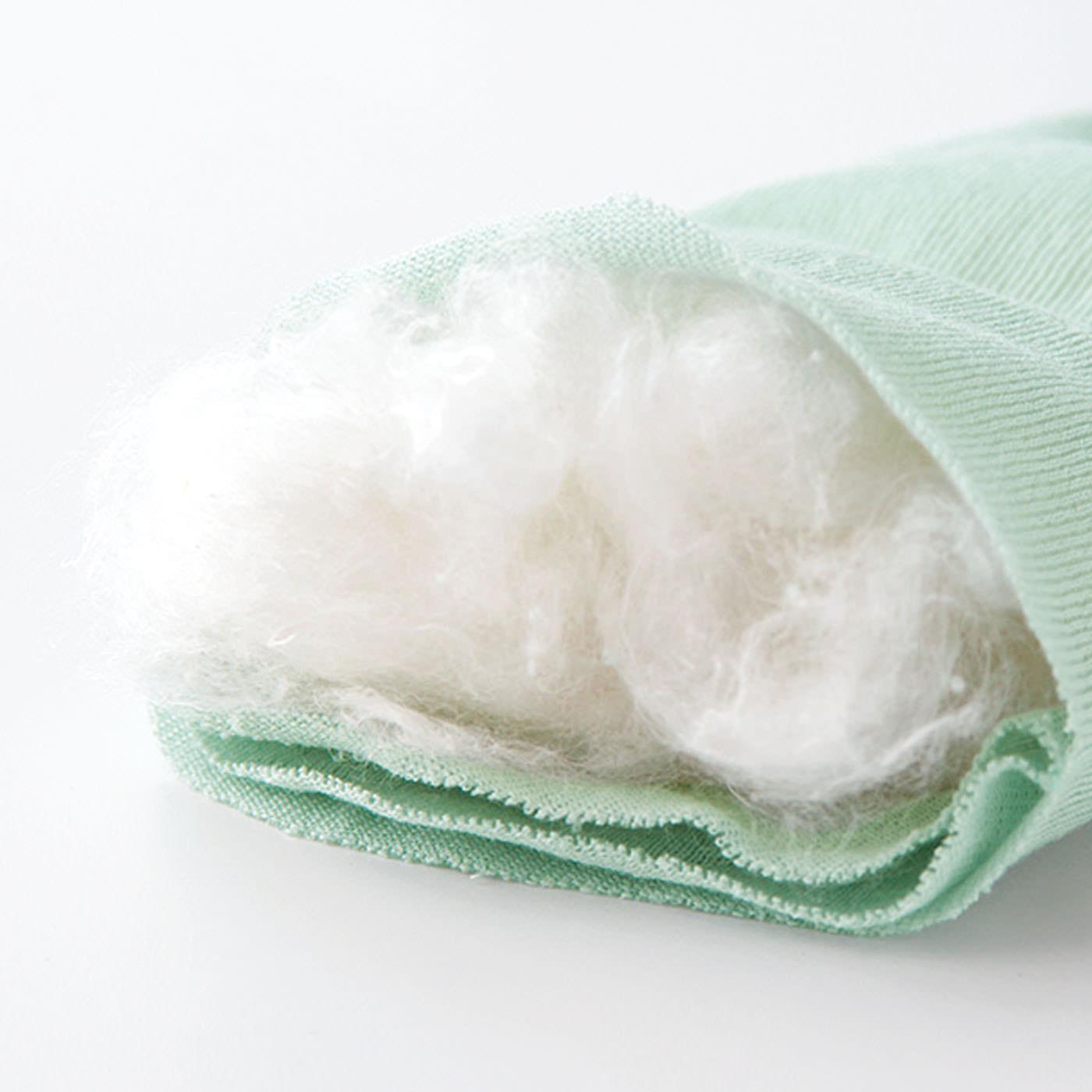 """1足当たり真綿たっぷり約6g! 真綿は繭(まゆ)から生まれた糸を紡ぐ前のシルク。ふんわり軽く、自然なぬくもりが伝わります。""""真綿布団""""など、防寒用の高級素材として昔から大切に使われてきた真綿を、全体にふんわりと詰めました。"""