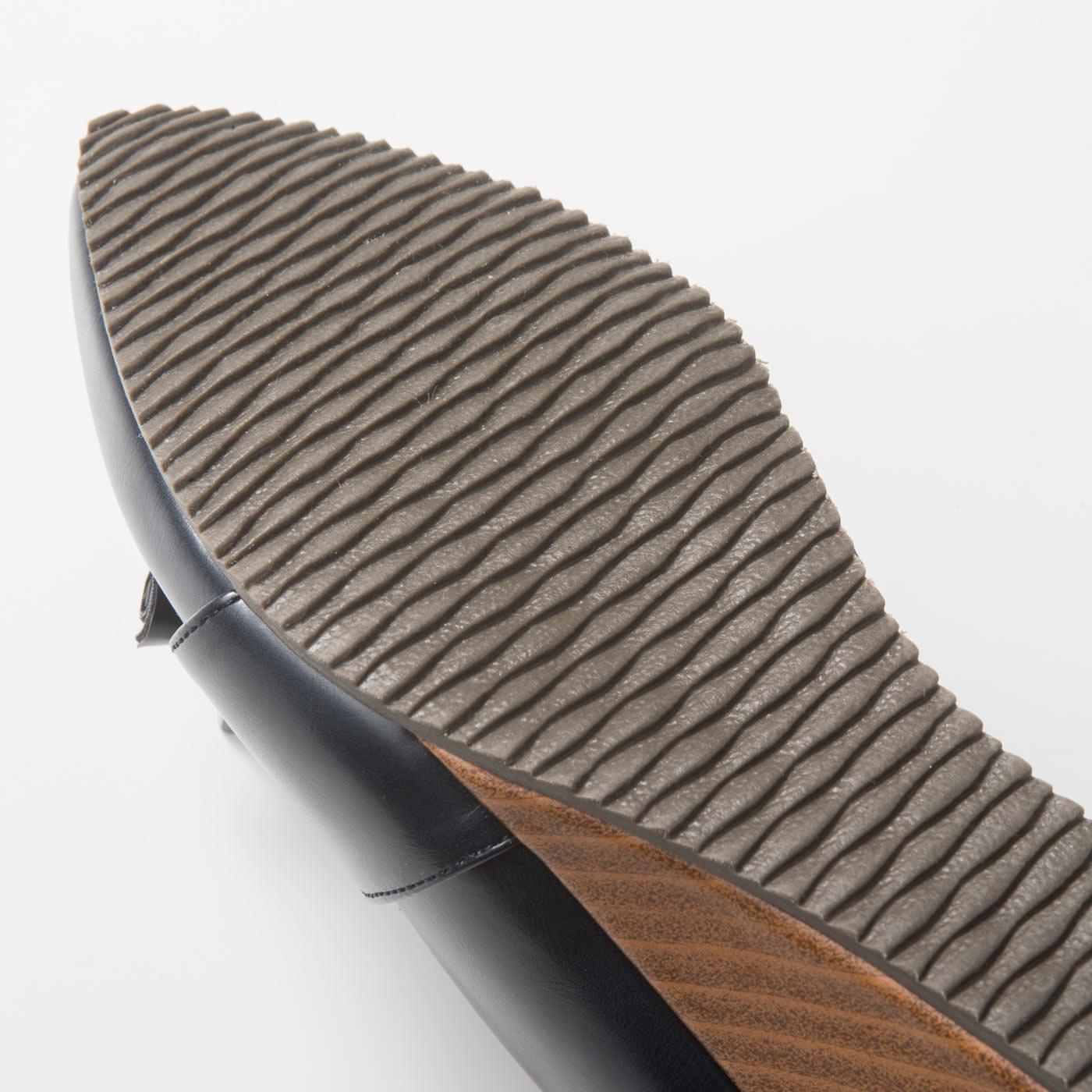 【動きに沿う底材】ぐにっと曲がって動きにもきれいに沿うゴムの底材。