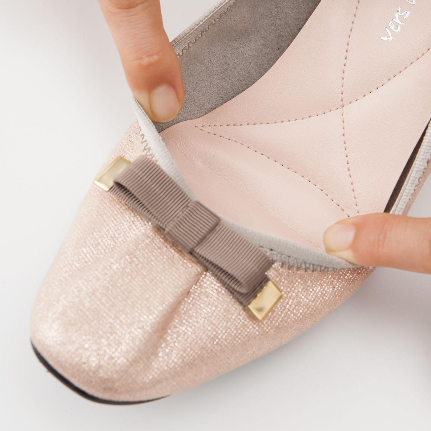 のびのびの履き口で、足まわりに心地よくフィット。軽さとフィット感は、まるで素足でいるかのような履き心地です。