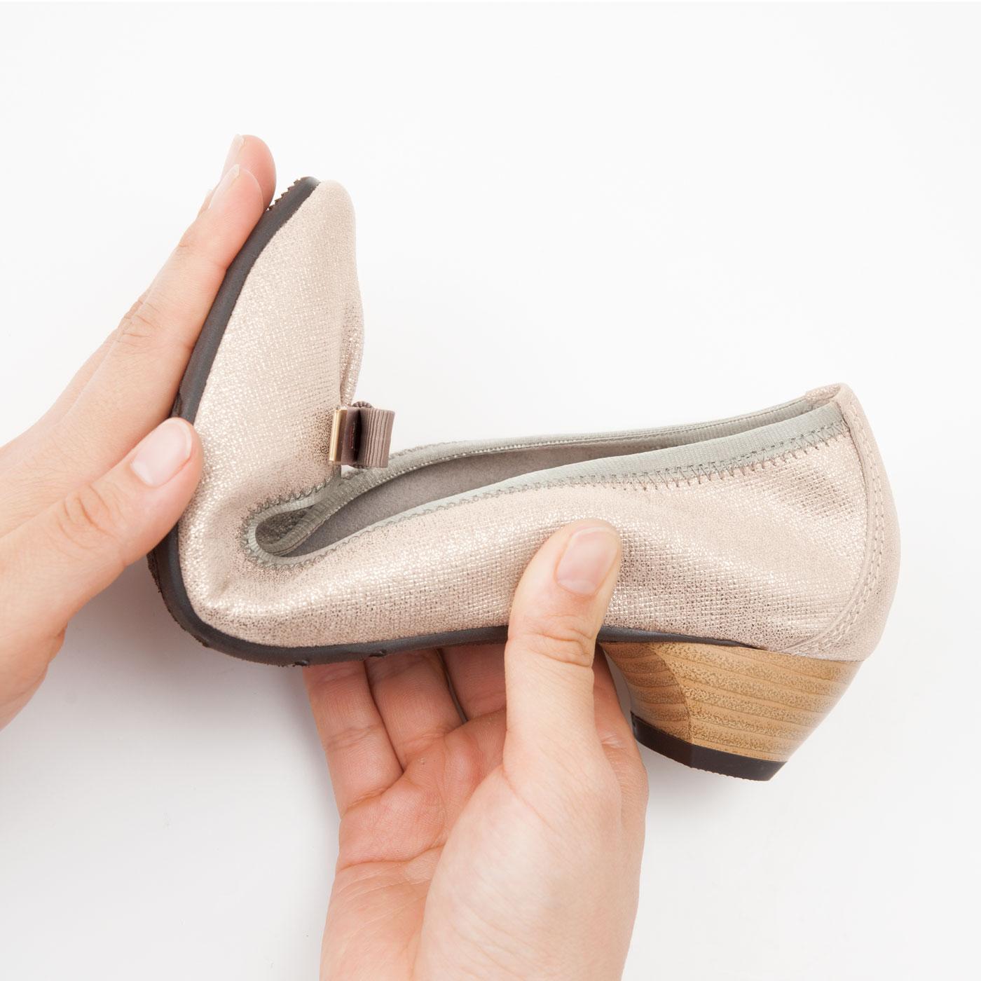 やわらかな超屈曲仕様のクレープ底が快適な歩行をサポート。クッション性のある底材で、歩行の衝撃を吸収します。コツコツ音がしにくい消音ヒール。蹴り出しやすい前上がりのつま先仕様で、歩きやすく疲れにくい。