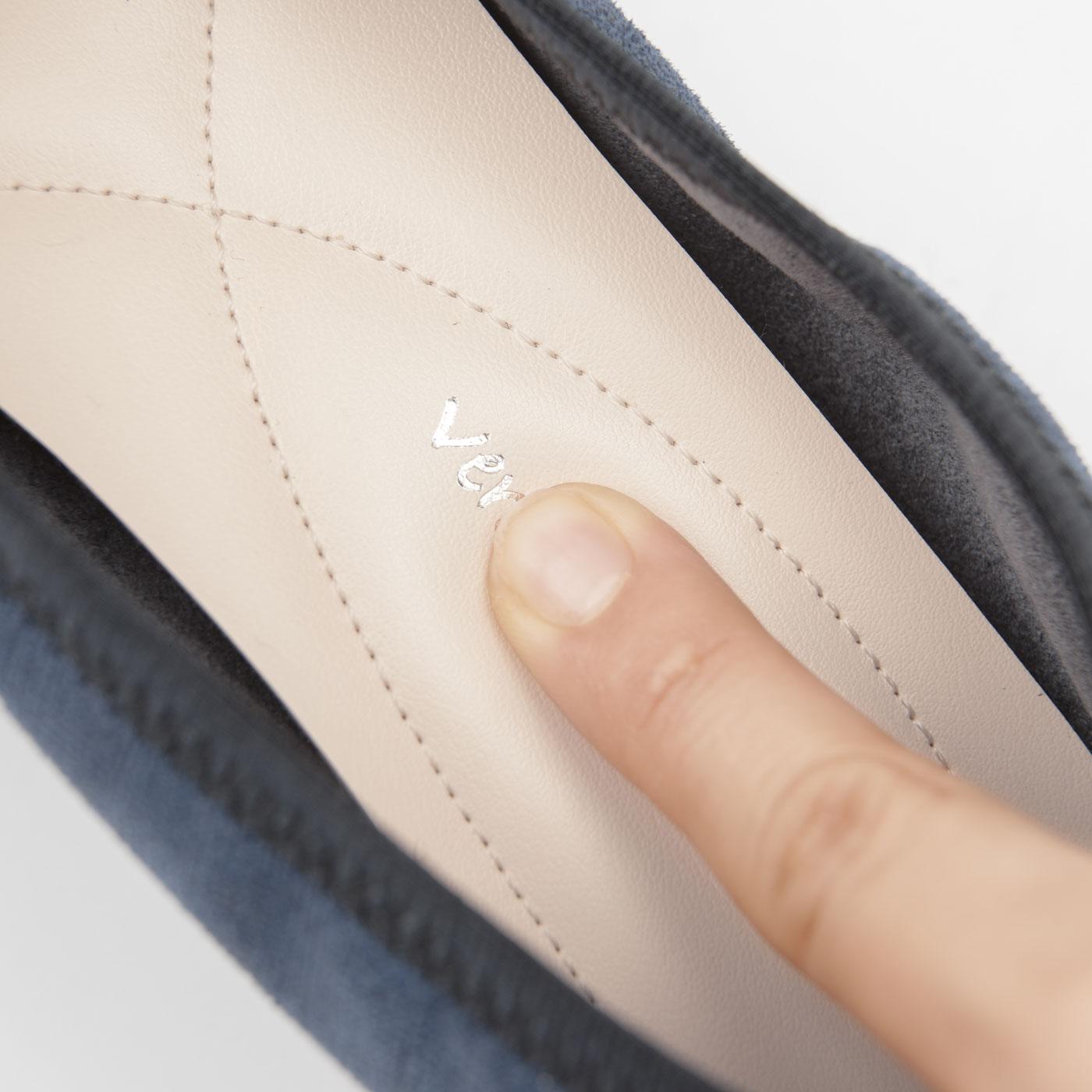 中敷きには、全面低反発素材を使用。足裏を包み込んで快適な履き心地。