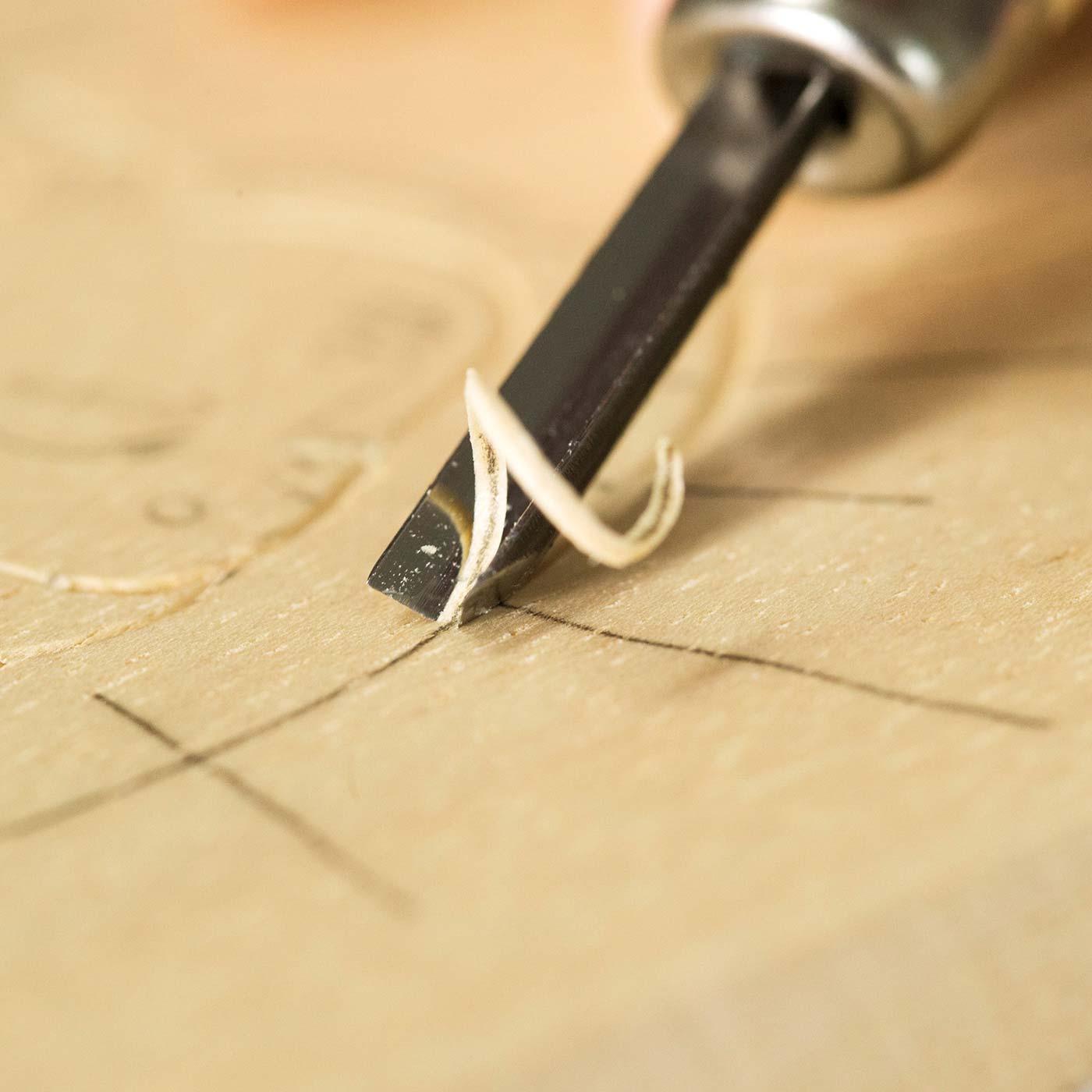 刃を版面に垂直に立てると陰影の差がない均一な線に彫り上がります。