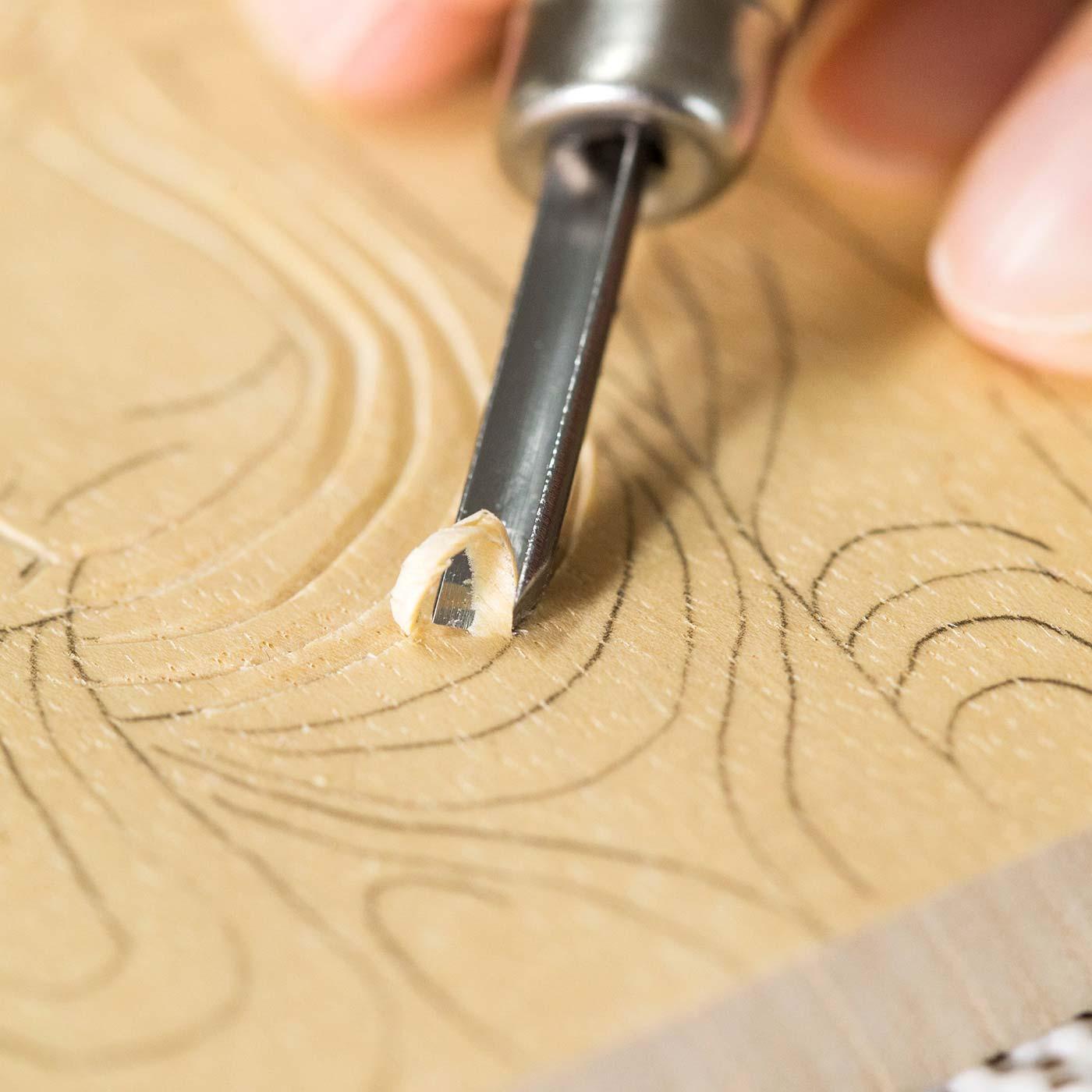 刃を版面に寝かせて彫ると、切削面の影に濃淡が生まれ、線に深みが出ます。