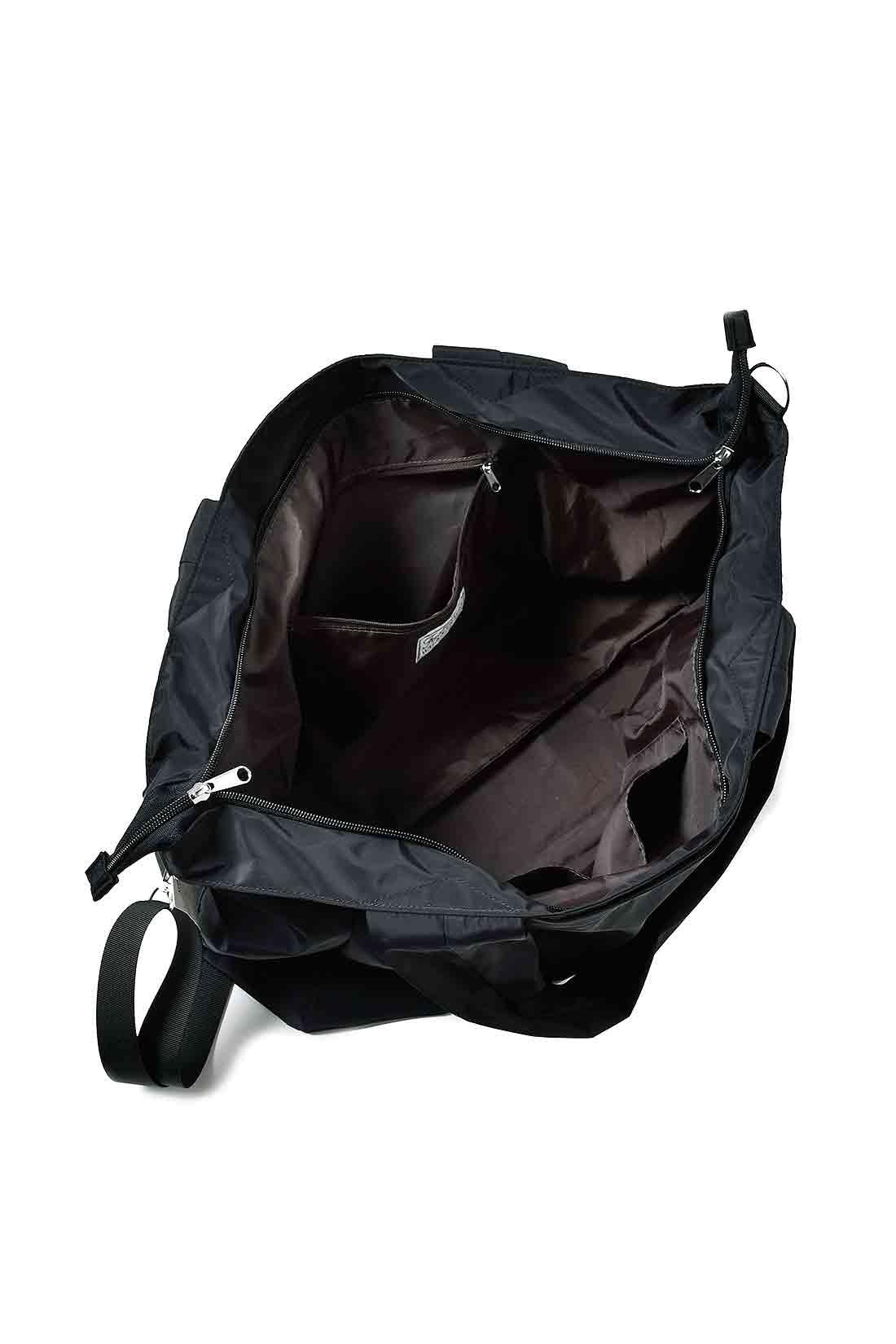 ファスナーポケットと便利な小分けポケットを装備。ざっくり入れて出し入れしやすく、まち幅もたっぷり。