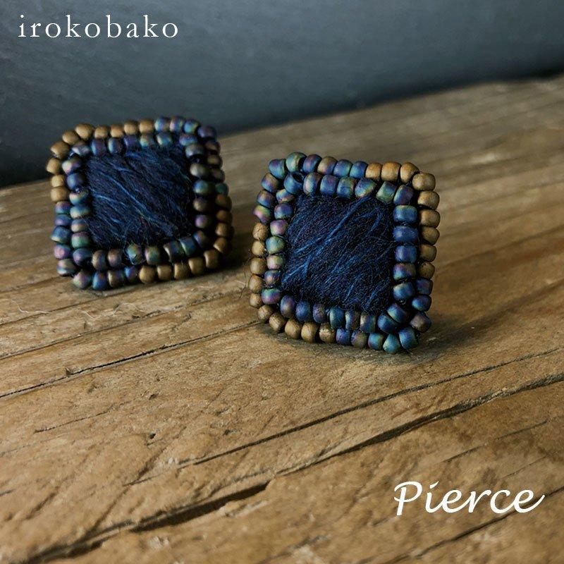 irokobako グラデビーズとふわもこウールのピアス〈四角ネイビー〉
