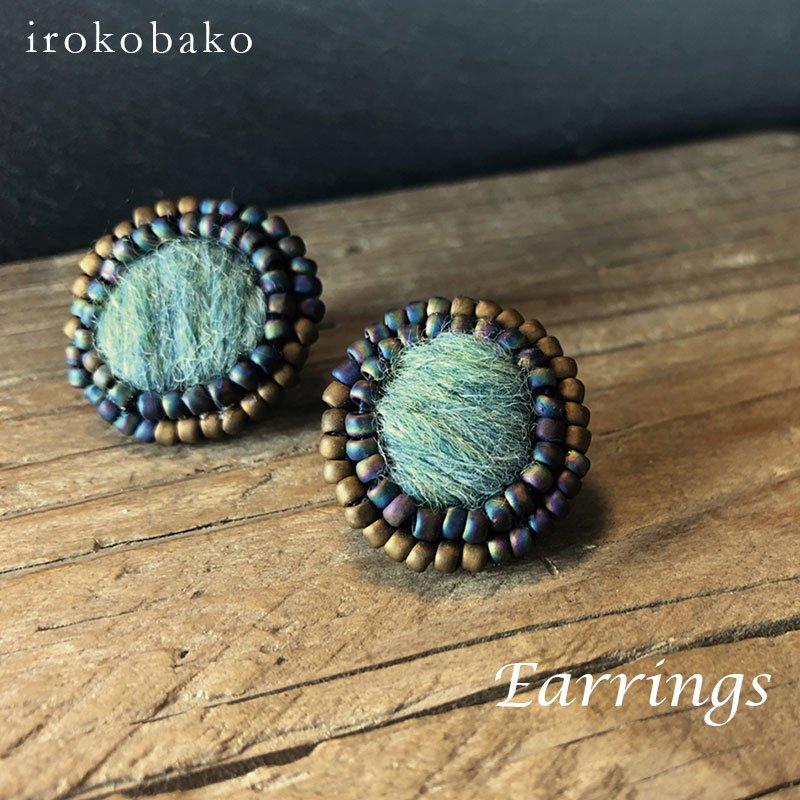 irokobako グラデビーズとふわもこウールのイヤリング〈丸スモークブルー〉