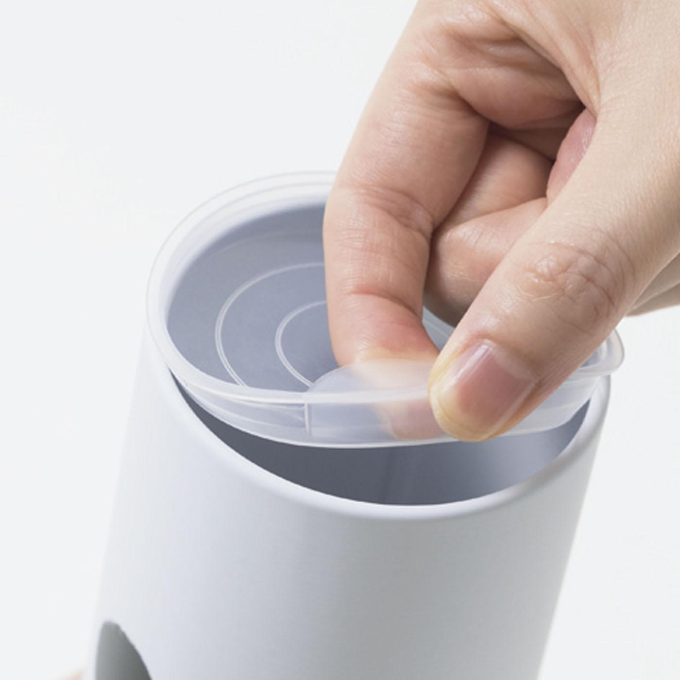 茶缶はプラスティック製の内ぶた付き。茶葉はもちろんキャンディーなど入れても。