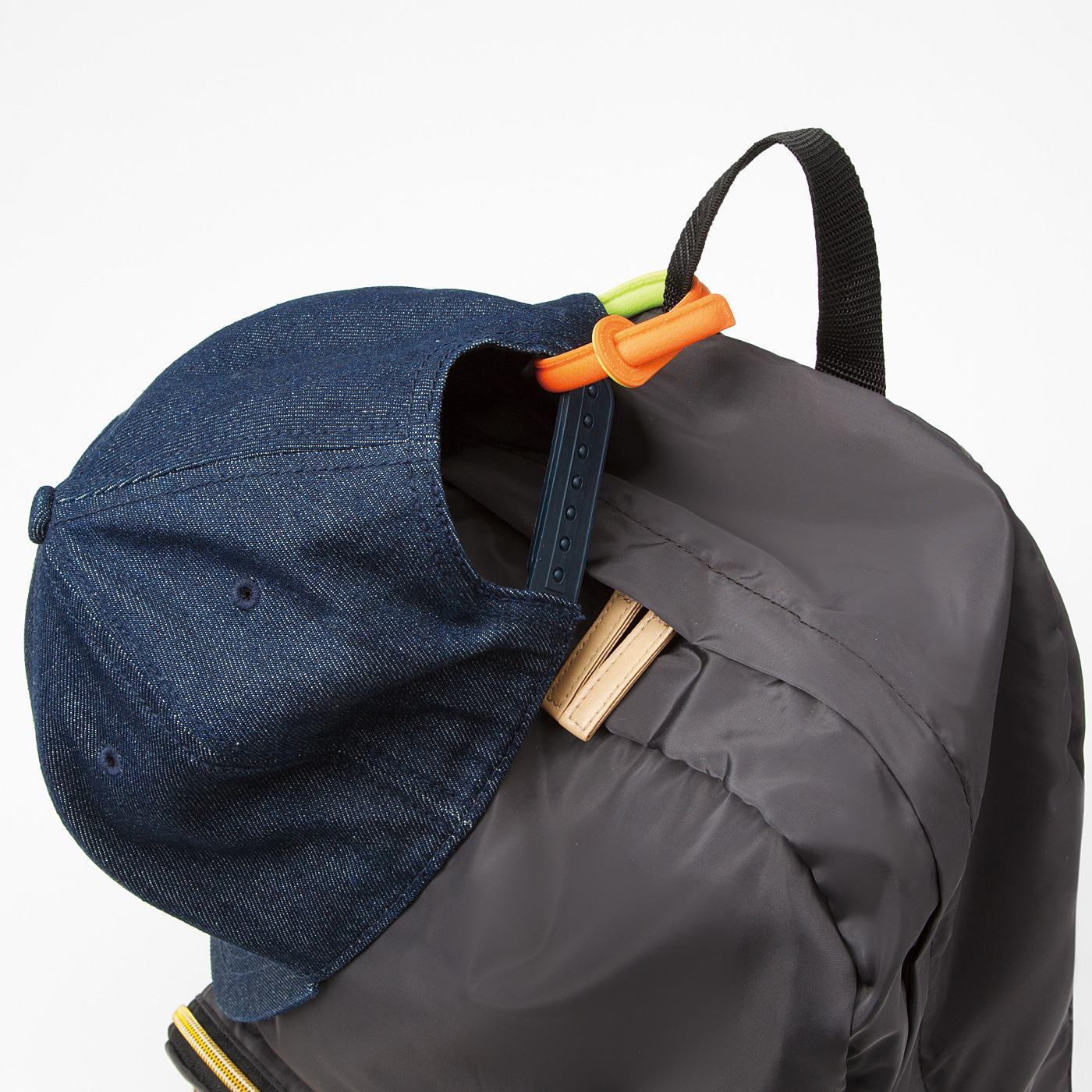 ひと巻きして帽子をバッグに引っ掛けたり、ぐるぐる巻いて袋を留めたり。いろんな使い道を見つけて。