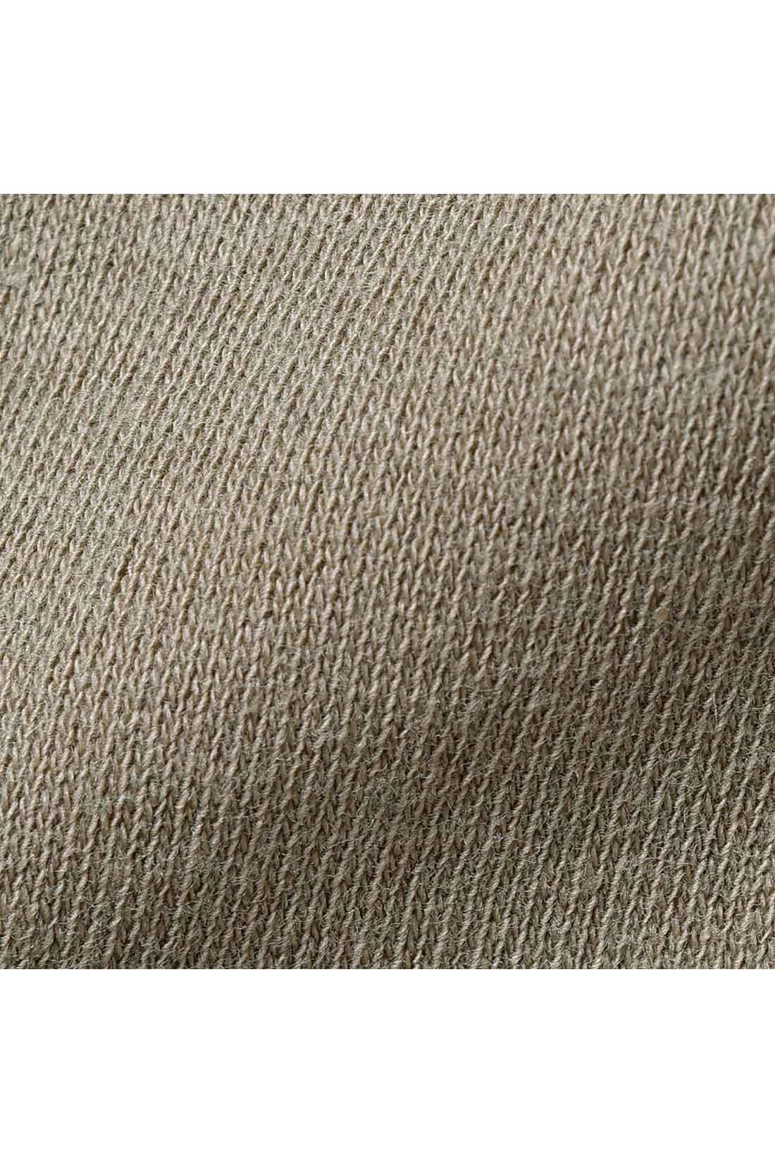 綿100%でいつも心地よく。 身ごろは夏に快適で、伸びやかに動ける綿100%のやわらかなカットソー素材。