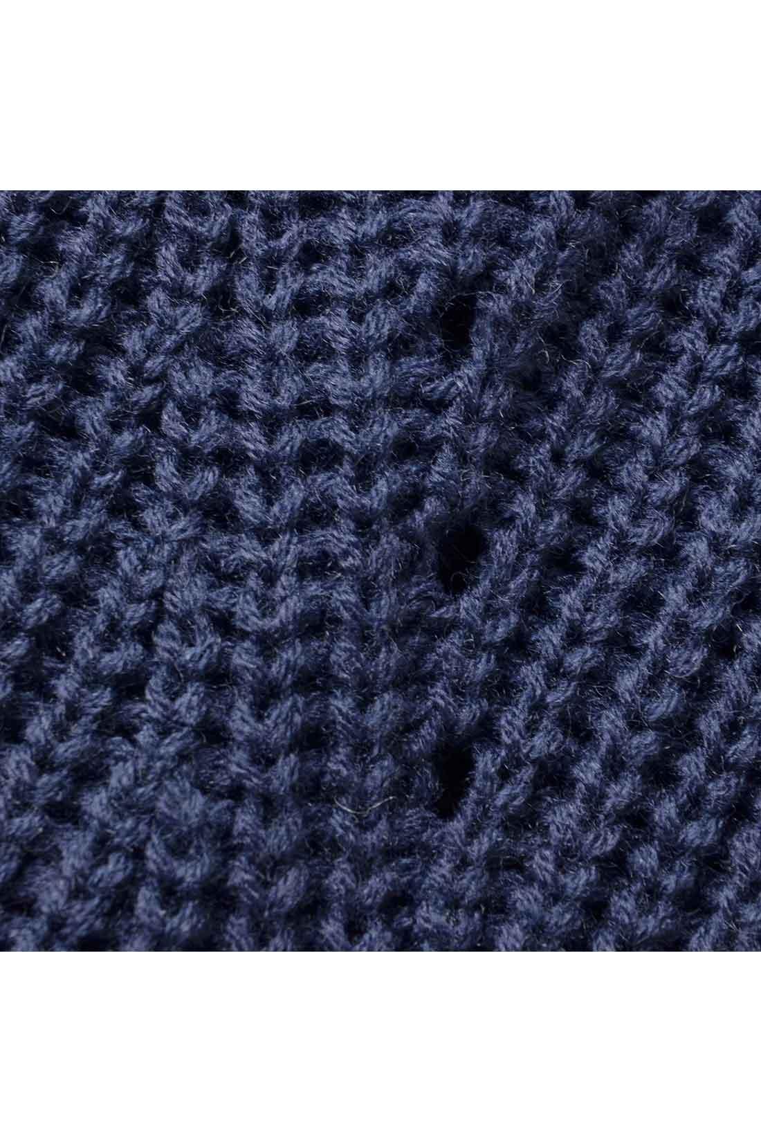 体形をひろいすぎないミドルゲージの片あぜ編みニット。軽くからだに沿う感じで、細見せにうれしいアイレットもほどこしました。