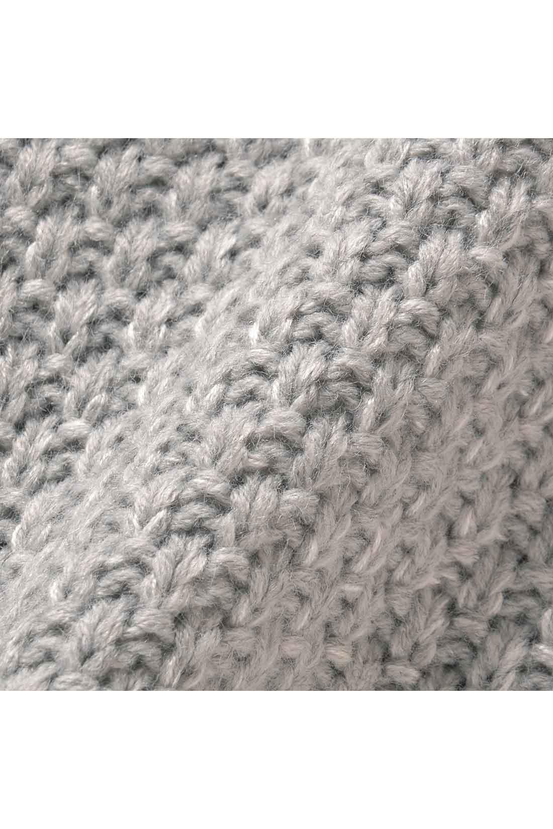 ミックス糸遣いがやわらかな雰囲気のニット。変わり編みが上品で、からだのラインもカバーします。着るだけでこなれた印象に。
