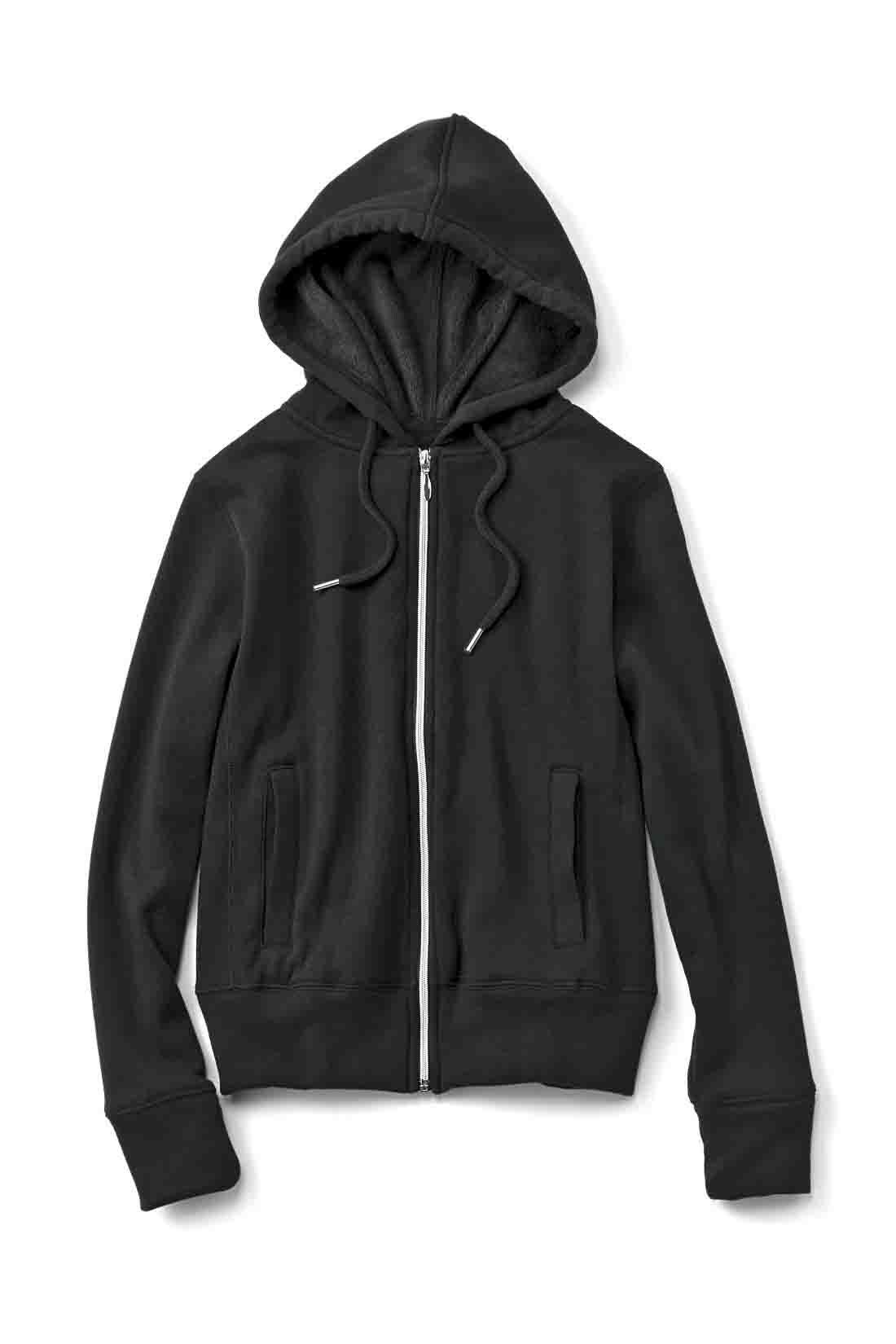着ぶくれ知らずのコンパクトシルエットなので、コートのインにもぴったり。縦ラインを強調するステッチと、スリットポケットが大人っぽい。