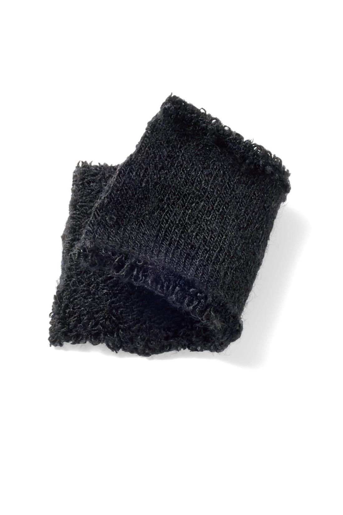 どんな服装にも合わせやすく、着こなしを引き締めてくれる安定のブラック。