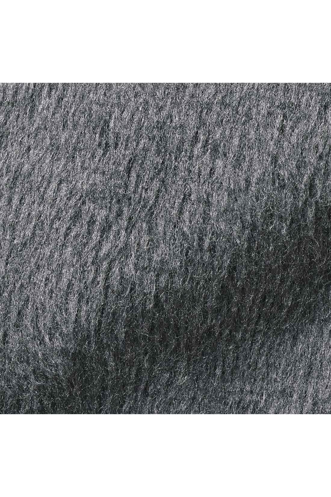 裏側 肉厚シャギーは通常の裏起毛よりも厚みがあって暖か。肉厚とはいえ、着ぶくれしてみえにくいのも◎。