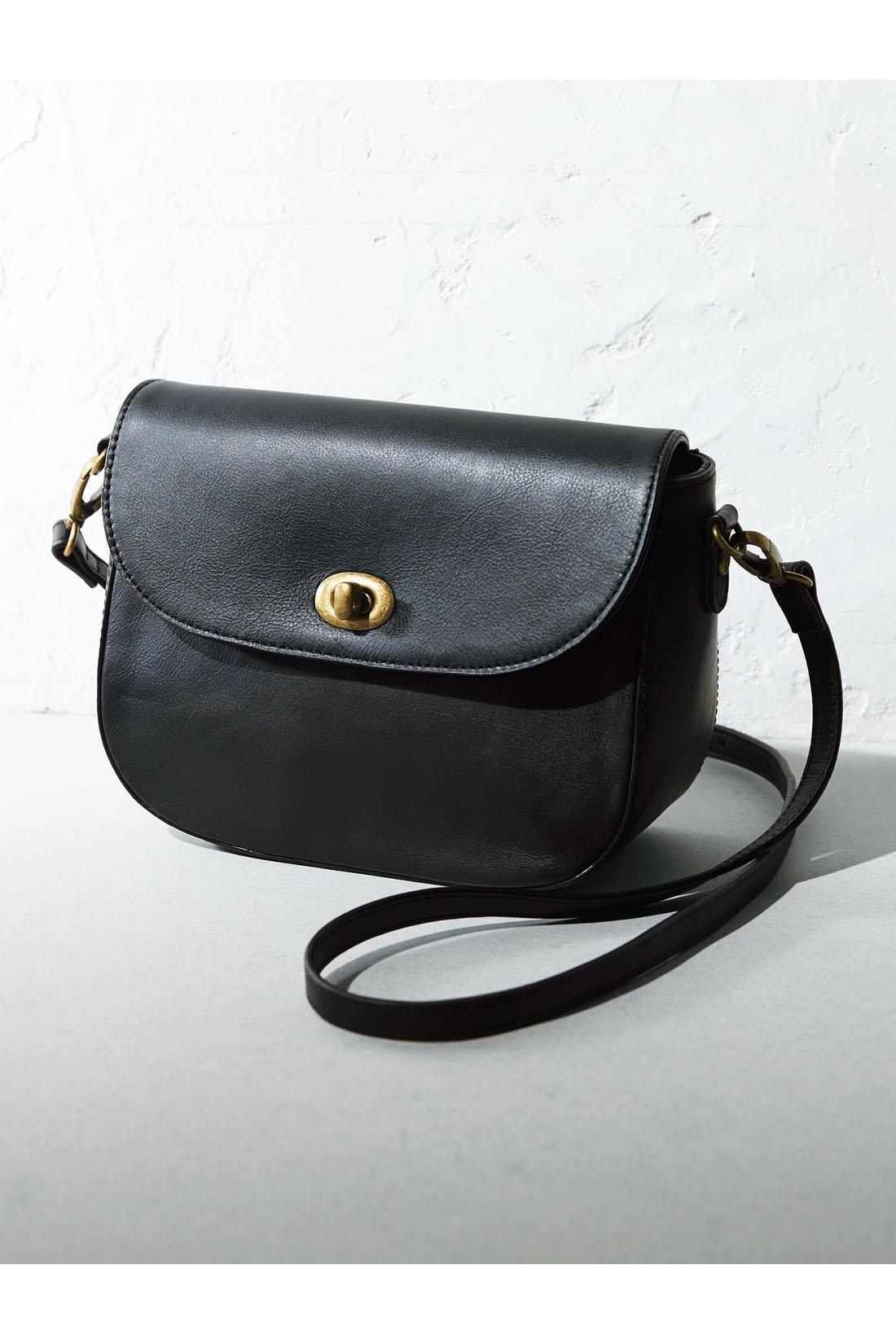 使うほどなじんでいく、しっとりした風合いの本革 長財布がすっぽり入る、大きすぎず小さすぎない絶妙なサイズ感 ショルダー部分は長さ調節可能