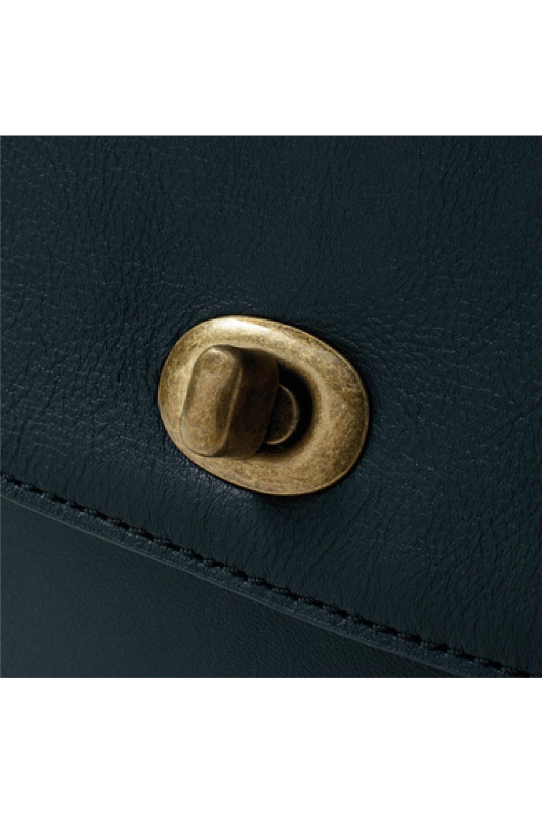しっとりした風合いの本革になじむアンティークゴールドの金具で存在感を出した、上質なシンプルデザイン。