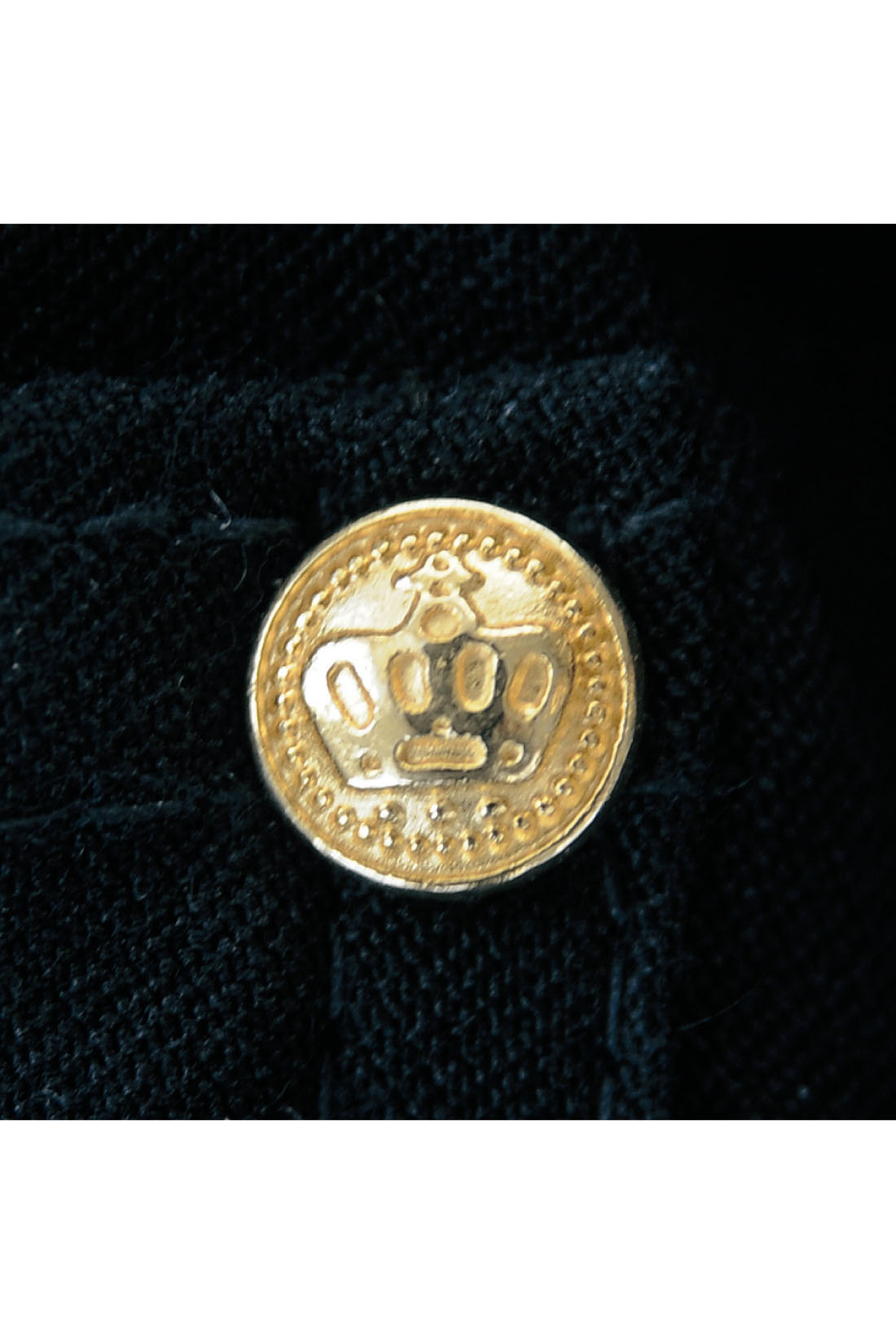 ポケットの王冠モチーフのゴールドリベットが上品。 ※お届けするカラーとは異なります。