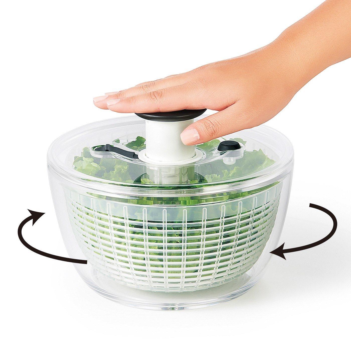 押すだけで野菜の水がしっかりきれる OXOサラダスピナー