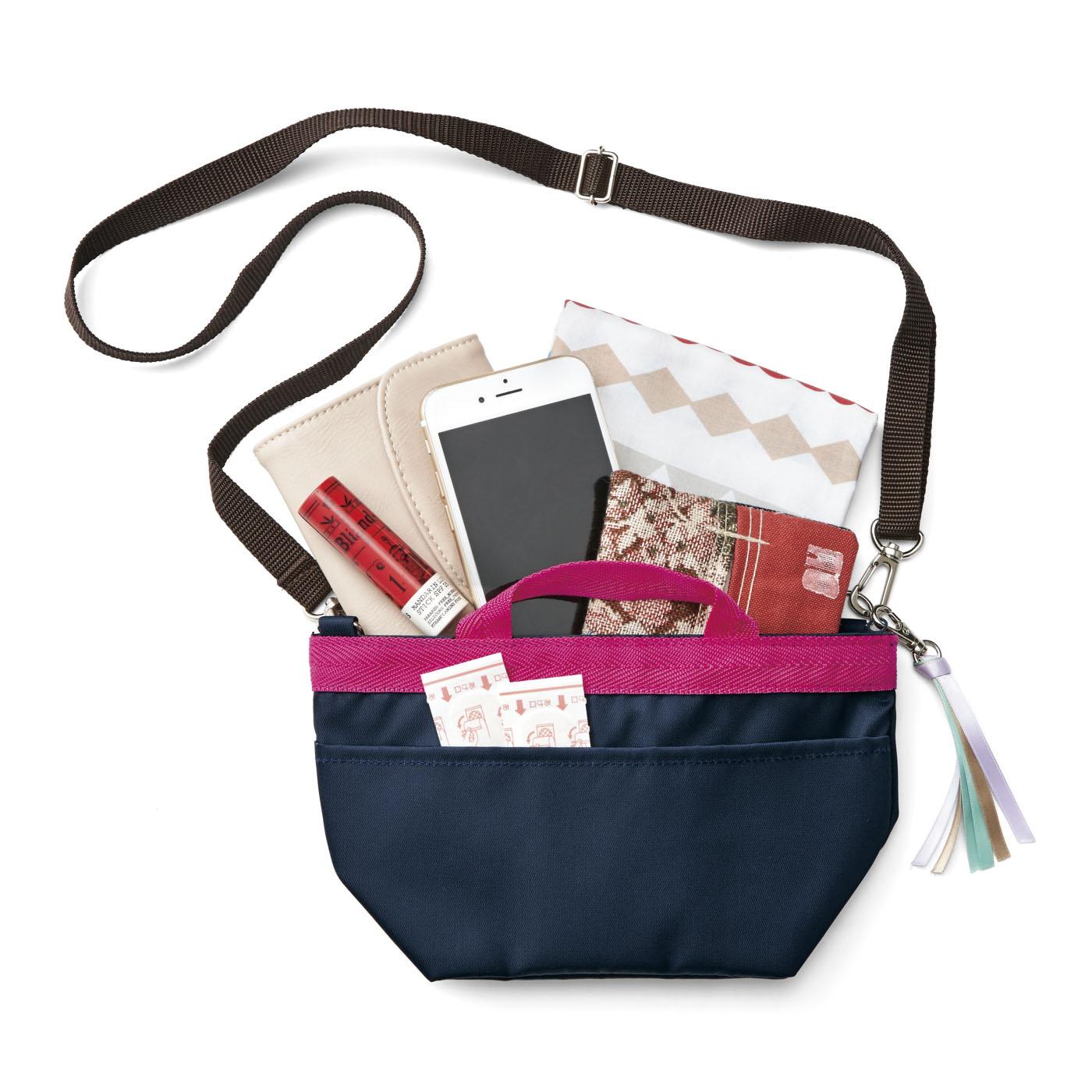 財布やスマホ、リップやばんそうこうなど必需品をたっぷり収納。