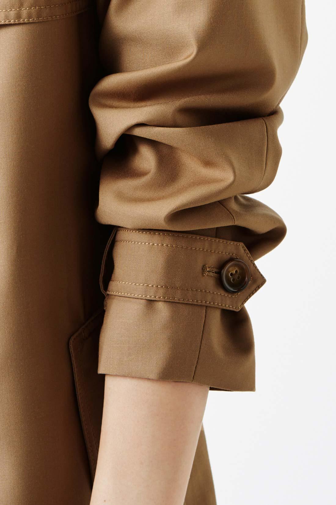 プッシュアップできる袖仕様で洗練見え。 袖を折り返すと野暮ったく見えがち。だから袖口のボタン調節で簡単にプッシュアップできるように!