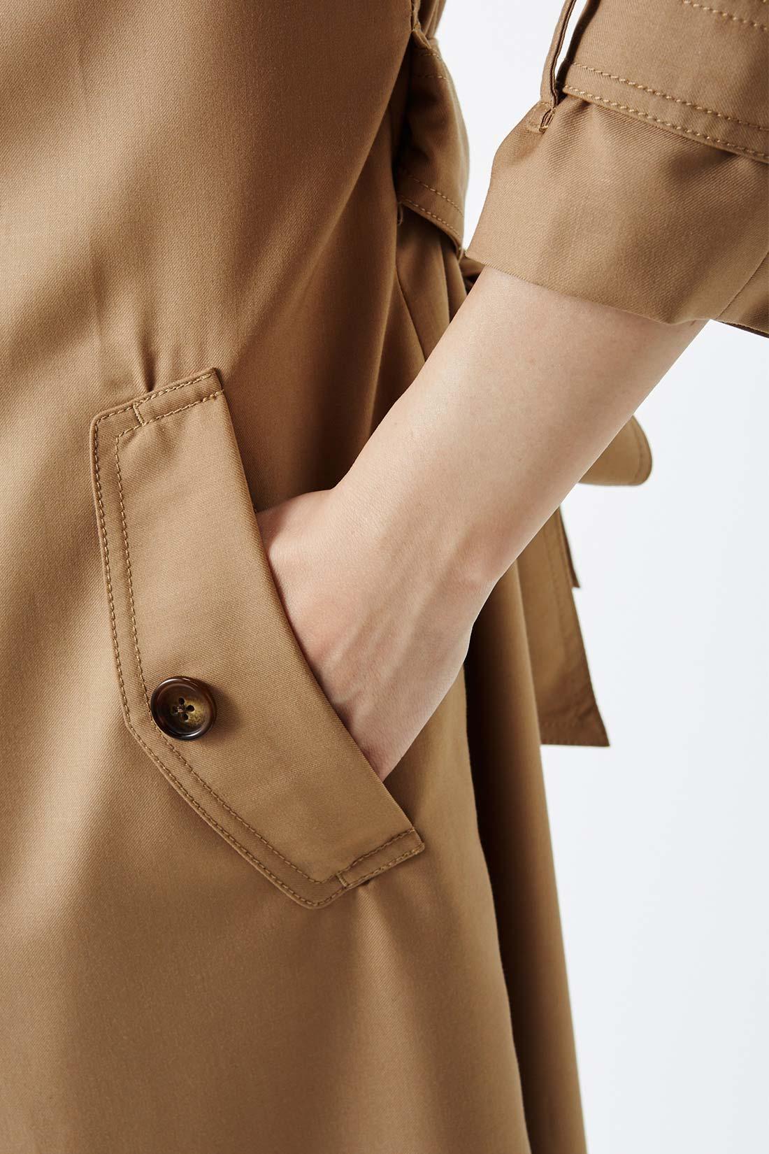 フラップ風のスラッシュポケットでスマートに。 ポケットは、ボタンを開けずに、さっと手が入れられる仕様。