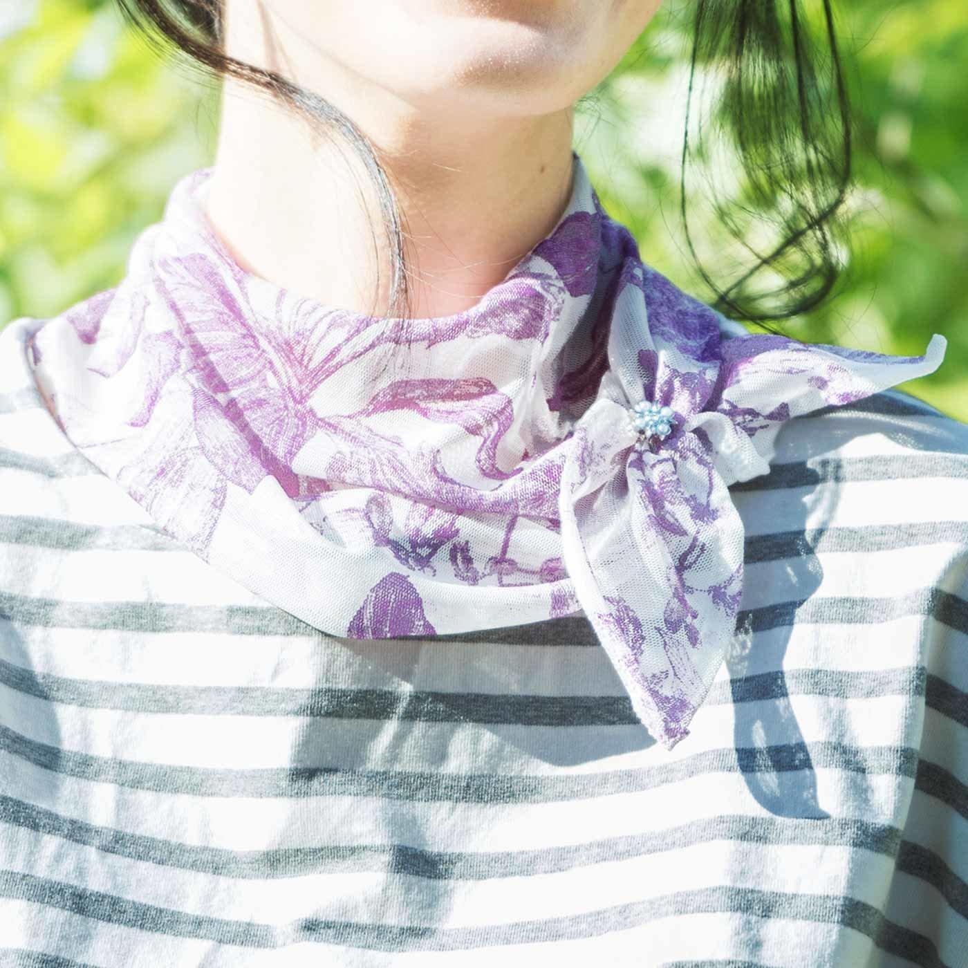 さりげなく首もとカバー ボタニカル柄のワンタッチスカーフの会