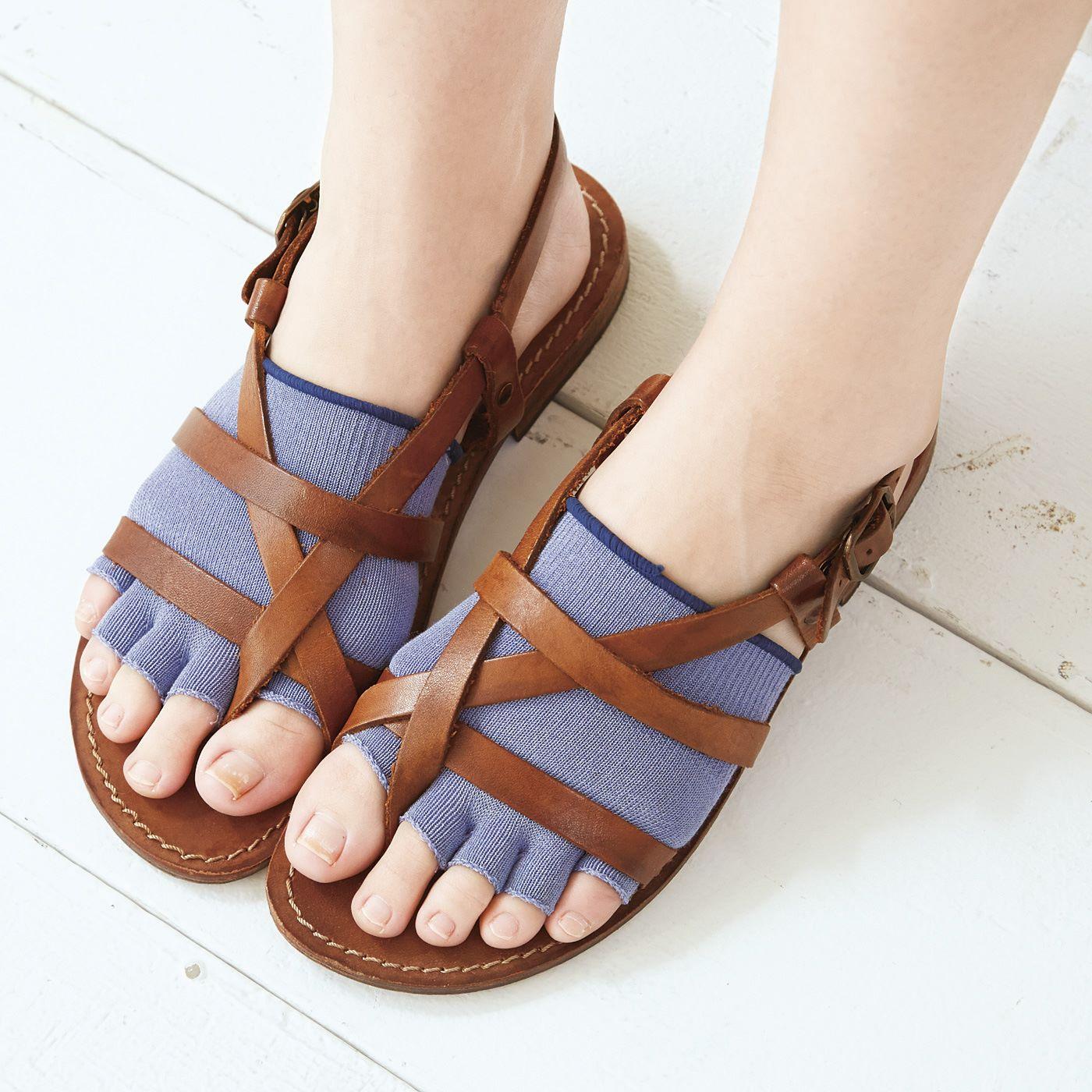 むれやすい足裏とサンダルにふれて汗でベタつきがちな足の甲をしっかりカバー。