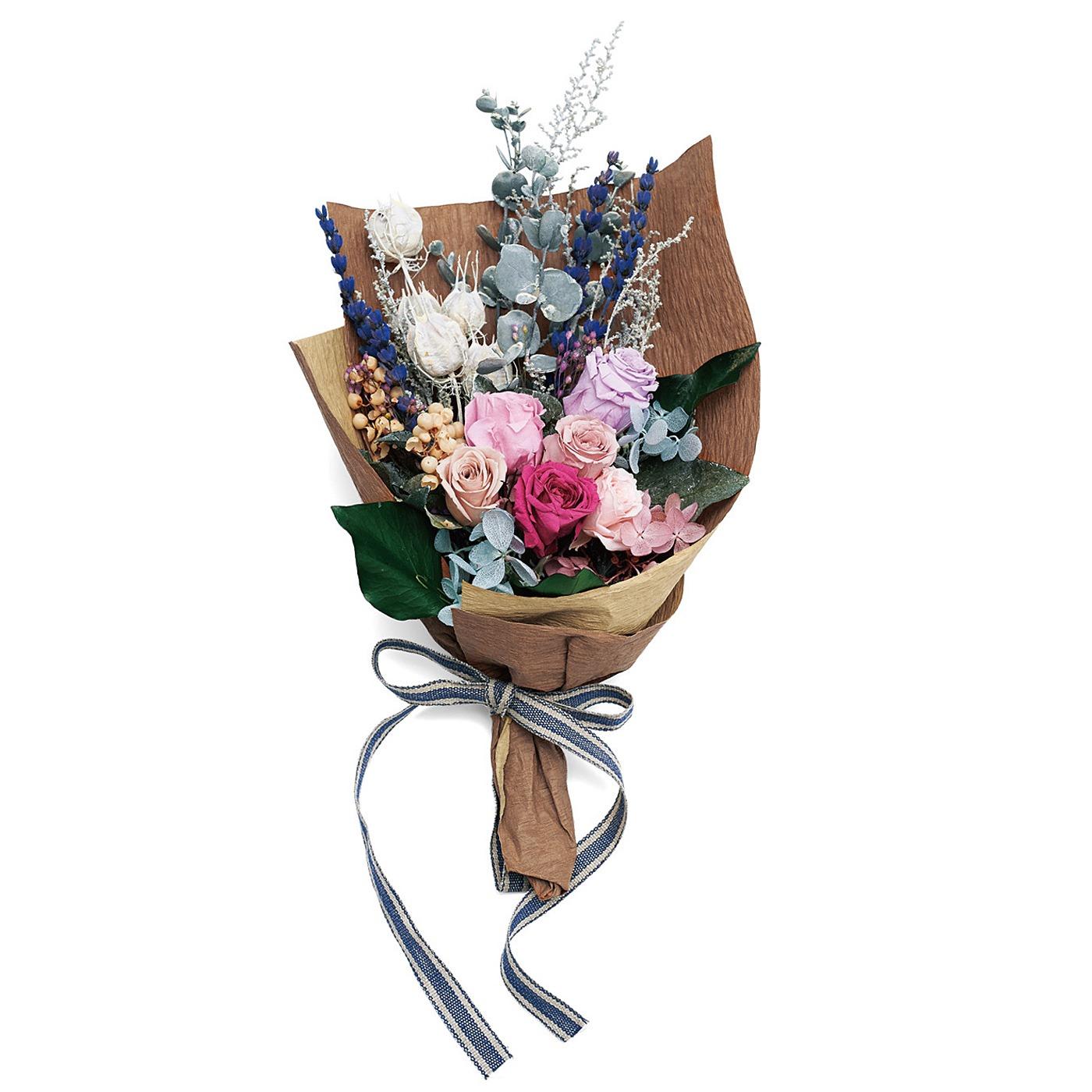 プリザーブド加工とは? 特殊な加工液につけ、生花の持つ水分と入れ替えて生花のみずみずしさを長くキープできるのが特徴です。