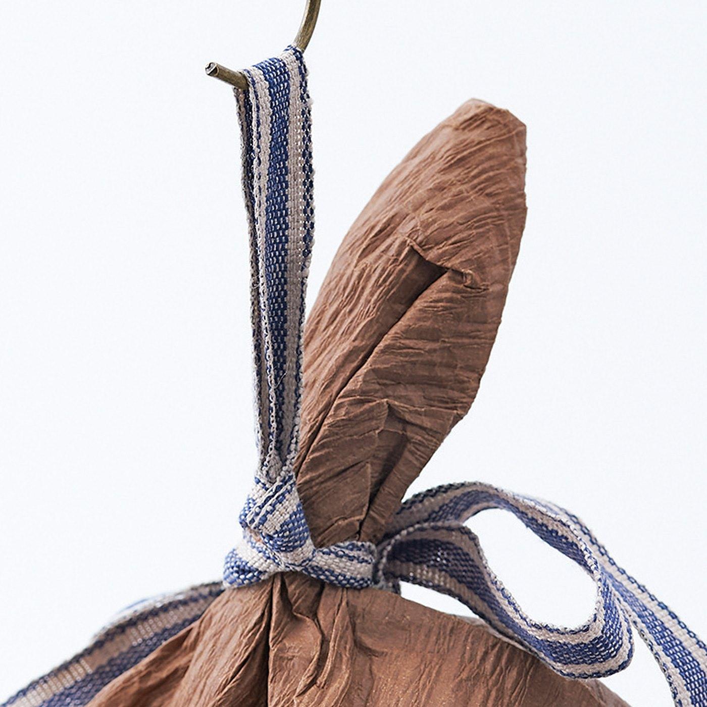 リボンの裏側がループ状になっているため、フックなどにかけて簡単に飾れます。