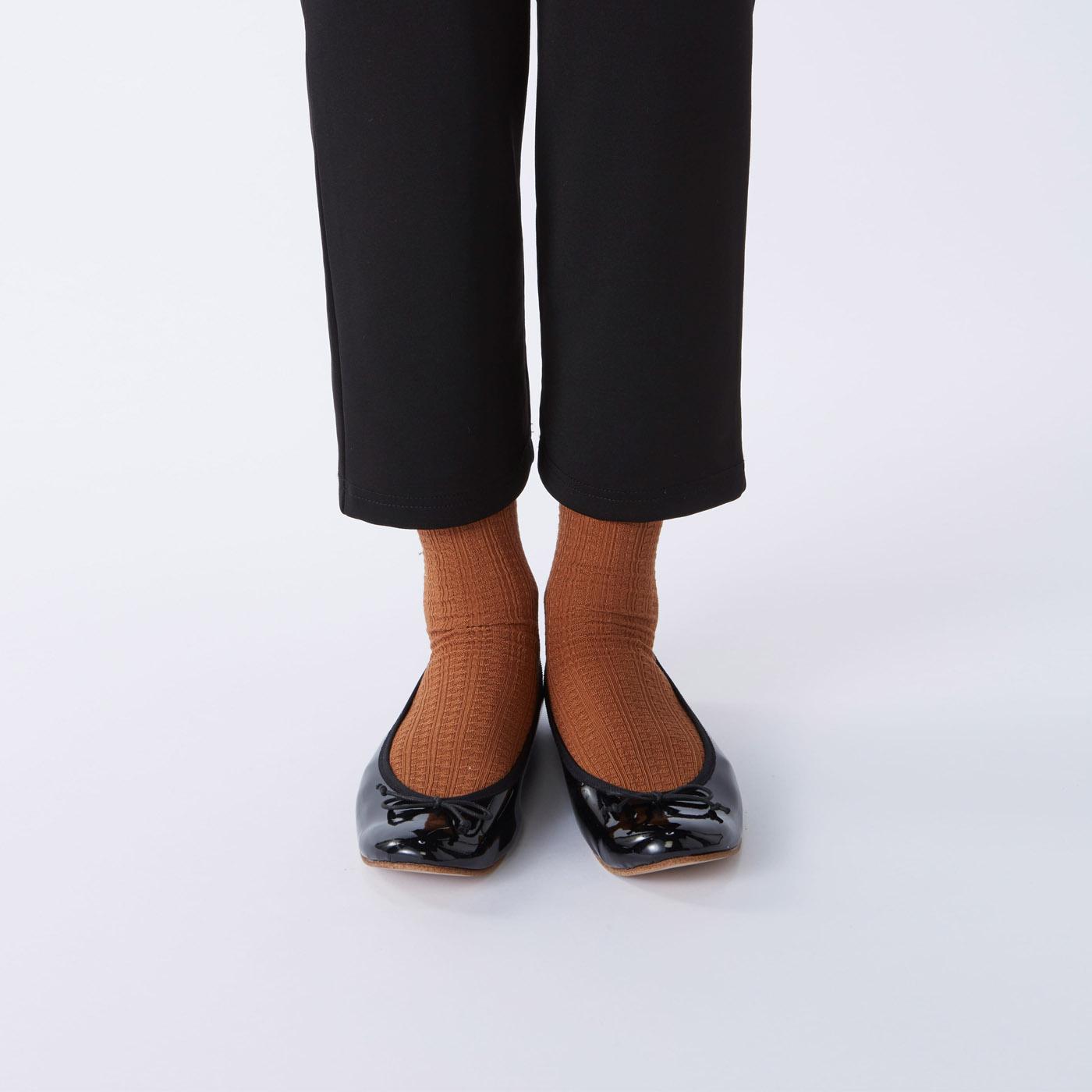 フラットシューズにもおすすめ。(※モデル着用の靴の内側は人工皮革です。粘着ラバーは、革・人工皮革には貼り付きますが、生地には貼り付きません。)