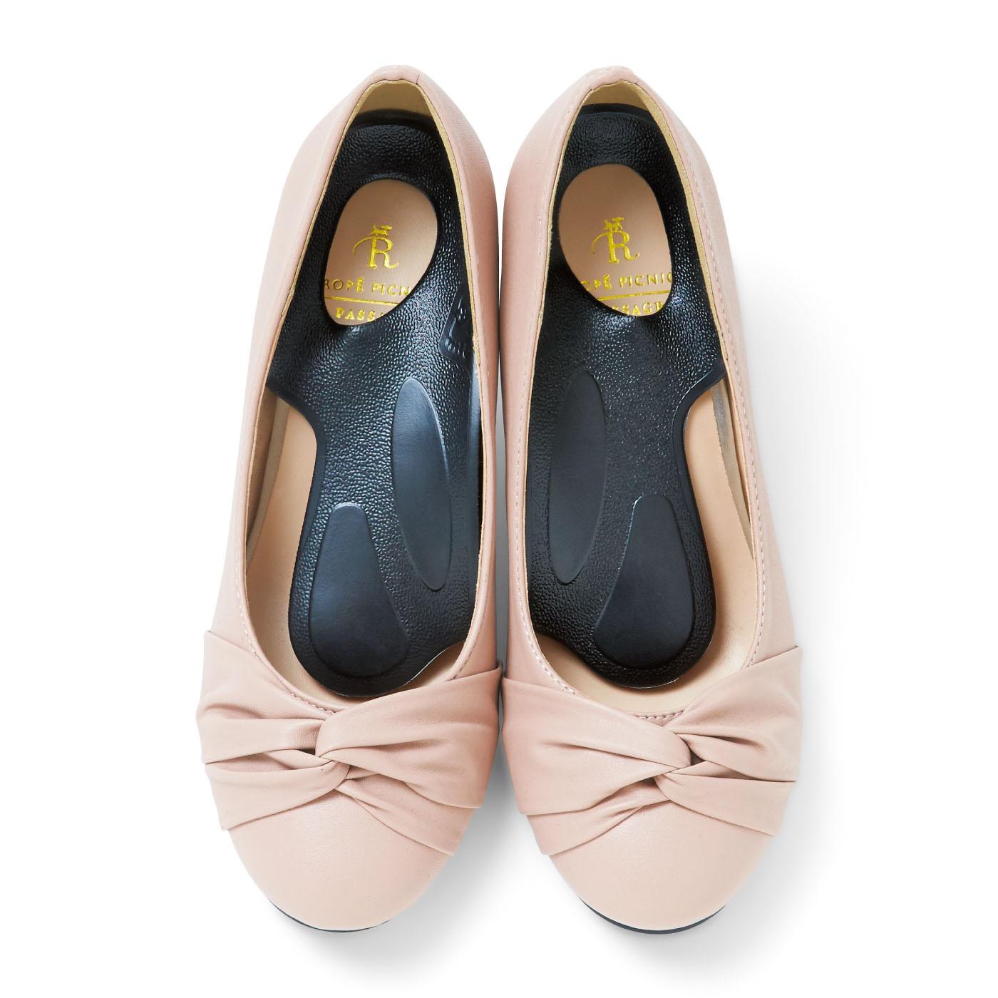 足と靴のすき間を検証した立体設計と、狭いシューズでも装着できる形状ハーフサイズで、靴が窮屈になりません。弾力性があり、足腰の負担を軽減します。