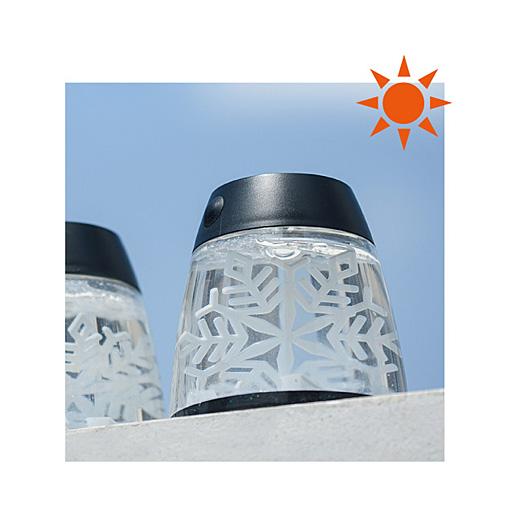 ソーラーパネルが周囲の暗さを感知して、自動的に点灯します。外側のON/OFFスイッチで切り替え可能。
