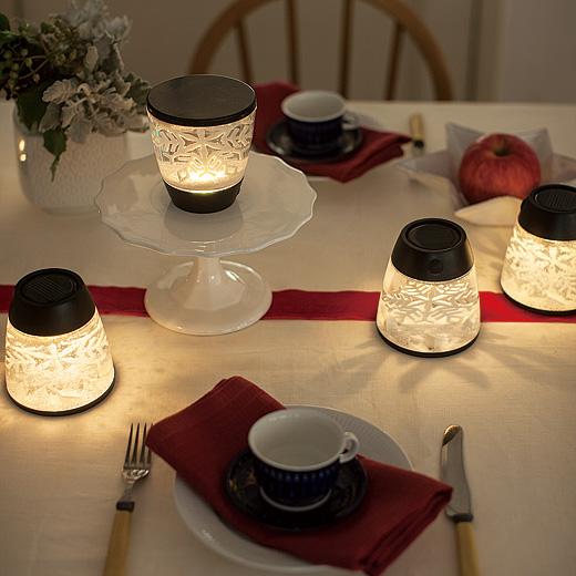 テーブルに広がるスノーフレークのシルエットが、特別な夜をさらに幻想的に。