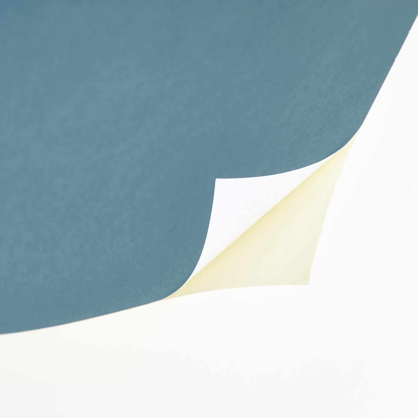 壁にぴたりと貼りつく薄手の上質紙。